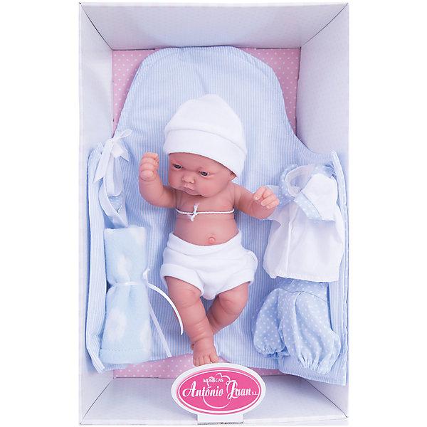Кукла-младенец Карлос, 26 см, Munecas Antonio JuanКуклы<br>Кукла-младенец Карлос, 26 см, Munecas Antonio Juan (Мунекас Антонио Хуан).<br><br>Характеристики:<br><br>- Комплектация: кукла, соска, комплект для пеленания<br>- Материал: винил, текстиль<br>- Высота куклы: 26 см.<br>- Глаза не закрываются<br>- Упаковка: яркая подарочная коробка<br><br>Малыш Карлос невероятно похож на настоящего младенца. Анатомическая точность, с которой выполнена кукла, поражает! Выразительные глазки, маленький носик, нежные щечки, пухлые губки, милые «перевязочки» на ручках и ножках придают кукле реалистичный вид и вызывают только самые положительные и добрые эмоции. Карлос одет в белые детские трусики и мягкую шапочку, но его можно также нарядить в одежду из набора: нежно-голубые шортики в горошек, белую кофточку на пуговичках с воротничком. Дополнительно в комплекте с куклой предусмотрены: голубой конверт с завязками, мягкая пеленка и нагрудник для кормления. Кукла изготовлена из высококачественного винила с покрытием софт тач, мягкого и приятного на ощупь. Голова, ручки и ножки подвижны. Кукла соответствует всем нормам и требованиям к качеству детских товаров. Образы малышей Мунекас разработаны известными европейскими дизайнерами. Они натуралистичны, анатомически точны.<br><br>Куклу-младенца Карлос, 26 см, Munecas Antonio Juan (Мунекас Антонио Хуан) можно купить в нашем интернет-магазине.<br>Ширина мм: 35; Глубина мм: 20; Высота мм: 12; Вес г: 750; Возраст от месяцев: 36; Возраст до месяцев: 2147483647; Пол: Женский; Возраст: Детский; SKU: 5055419;