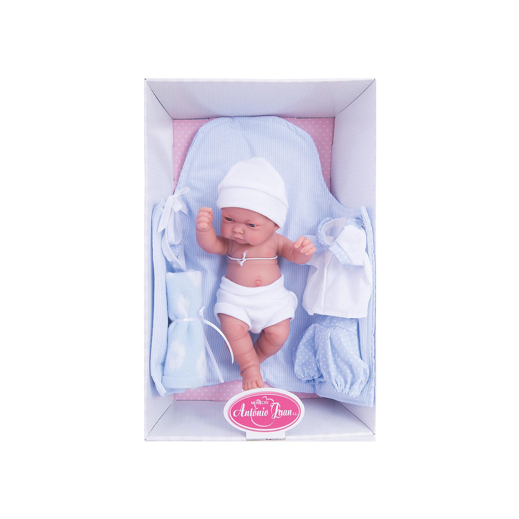 Кукла-младенец Карлос, 26 см, Munecas Antonio JuanКлассические куклы<br>Кукла-младенец Карлос, 26 см, Munecas Antonio Juan (Мунекас Антонио Хуан).<br><br>Характеристики:<br><br>- Комплектация: кукла, соска, комплект для пеленания<br>- Материал: винил, текстиль<br>- Высота куклы: 26 см.<br>- Глаза не закрываются<br>- Упаковка: яркая подарочная коробка<br><br>Малыш Карлос невероятно похож на настоящего младенца. Анатомическая точность, с которой выполнена кукла, поражает! Выразительные глазки, маленький носик, нежные щечки, пухлые губки, милые «перевязочки» на ручках и ножках придают кукле реалистичный вид и вызывают только самые положительные и добрые эмоции. Карлос одет в белые детские трусики и мягкую шапочку, но его можно также нарядить в одежду из набора: нежно-голубые шортики в горошек, белую кофточку на пуговичках с воротничком. Дополнительно в комплекте с куклой предусмотрены: голубой конверт с завязками, мягкая пеленка и нагрудник для кормления. Кукла изготовлена из высококачественного винила с покрытием софт тач, мягкого и приятного на ощупь. Голова, ручки и ножки подвижны. Кукла соответствует всем нормам и требованиям к качеству детских товаров. Образы малышей Мунекас разработаны известными европейскими дизайнерами. Они натуралистичны, анатомически точны.<br><br>Куклу-младенца Карлос, 26 см, Munecas Antonio Juan (Мунекас Антонио Хуан) можно купить в нашем интернет-магазине.<br><br>Ширина мм: 35<br>Глубина мм: 20<br>Высота мм: 12<br>Вес г: 750<br>Возраст от месяцев: 36<br>Возраст до месяцев: 2147483647<br>Пол: Женский<br>Возраст: Детский<br>SKU: 5055419