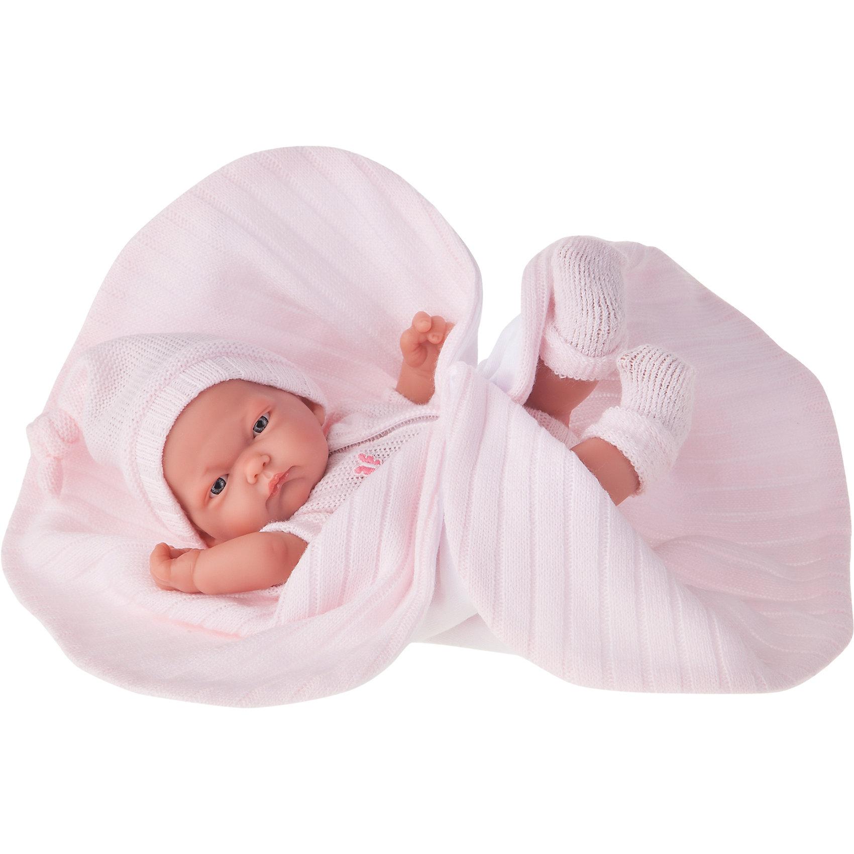 Кукла-младенец Карла в розовом одеяле, 26 см, Munecas Antonio JuanКукла-младенец Карла в розовом одеяле, 26 см, Munecas Antonio Juan (Мунекас Антонио Хуан).<br><br>Характеристики:<br><br>- Комплектация: кукла, одеяло<br>- Материал: винил, текстиль<br>- Высота куклы: 26 см.<br>- Глаза не закрываются<br>- Упаковка: яркая подарочная коробка<br><br>Малышка Карла невероятно похожа на настоящего младенца. Анатомическая точность, с которой выполнена кукла, поражает! Выразительные глазки, маленький носик, нежные щечки, пухлые губки, милые «перевязочки» на ручках и ножках придают кукле реалистичный вид и вызывают только самые положительные и добрые эмоции. Карла одета в розовый вязаный комбинезон на застежке с коротким рукавом. Комбинезон дополнен украшением в форме бабочки. На голове вязаная шапочка, а на ножках носочки нежного розового цвета. Верхняя часть шапочки завязана узлом. Кукла лежит на одеяле. С одной стороны одеяло белое флисовое, а с другой стороны - из трикотажа розового цвета. Кукла изготовлена из высококачественного винила с покрытием софт тач, мягкого и приятного на ощупь. Голова, ручки и ножки подвижны. Кукла соответствует всем нормам и требованиям к качеству детских товаров. Образы малышей Мунекас разработаны известными европейскими дизайнерами. Они натуралистичны, анатомически точны.<br><br>Куклу-младенца Карла в розовом одеяле, 26 см, Munecas Antonio Juan (Мунекас Антонио Хуан) можно купить в нашем интернет-магазине.<br><br>Ширина мм: 35<br>Глубина мм: 20<br>Высота мм: 12<br>Вес г: 670<br>Возраст от месяцев: 36<br>Возраст до месяцев: 2147483647<br>Пол: Женский<br>Возраст: Детский<br>SKU: 5055420
