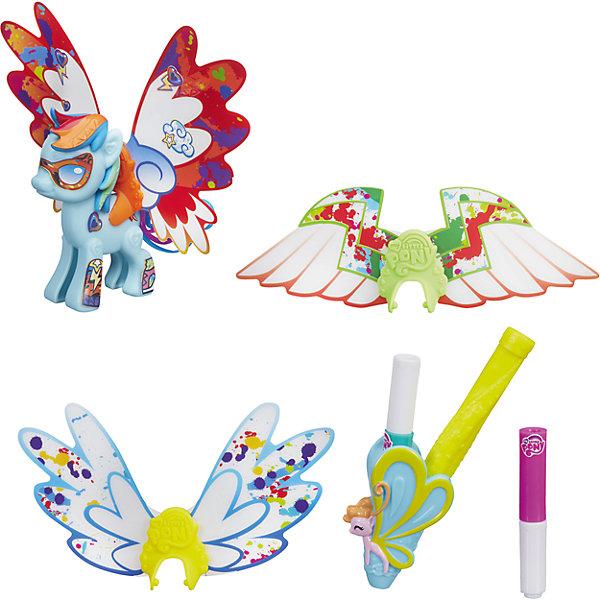 Пони с крыльями Рейнбоу Дэш Создай свою пони, My little Pony, B3590/B5678Игрушки<br>Пони с крыльями Создай свою пони, My little Pony, B3590/B5678.<br><br>Характеристики:<br><br>- В наборе: фигурка пони Рейнбоу Дэш (из двух половинок), грива, хвостик, три пары невероятных крыльев, наклейки, 2 маркера<br>- Можно комбинировать с другими наборами серии<br>- Материал: высококачественная пластмасса, картон<br>- Высота фигурки: 7 см.<br>- Размер упаковки: 21х20,5х2,5 см.<br><br>Игровой набор Создай свою пони станет приятным подарком для девочки - поклонницы мультсериала Моя маленькая пони. Дружба - это чудо!. Малышка сможет самостоятельно соединить две части пони вместе и создать неповторимый образ для пони Рэйнбоу Дэш. В наборе есть 3 пары сменных крыльев различной формы. Одни из них похожи на крылья бабочки, а две другие пары — на крылья птиц или крылышки ангела. Входящие в комплект специальные маркеры помогут раскрасить крылья и декорировать их причудливыми узорами. А множество оригинальных наклеек из набора помогут Рэйнбоу Дэш обрести уникальный внешний вид. Игрушка выполнена из высококачественной пластмассы и имеет поразительное сходство с героиней мультсериала. Игровой набор позволит придумать множество разных сюжетных линий, историй и развить фантазию и мелкую моторику. Фигурка отлично впишется в коллекцию девочки и подарит ей множество положительных эмоций. Детали набора можно комбинировать с элементами из других наборов Создай свою пони.<br><br>Набор Пони с крыльями Создай свою пони, My little Pony, B3590/B5678 можно купить в нашем интернет-магазине.<br><br>Ширина мм: 25<br>Глубина мм: 203<br>Высота мм: 630<br>Вес г: 100<br>Возраст от месяцев: 48<br>Возраст до месяцев: 144<br>Пол: Женский<br>Возраст: Детский<br>SKU: 5064683