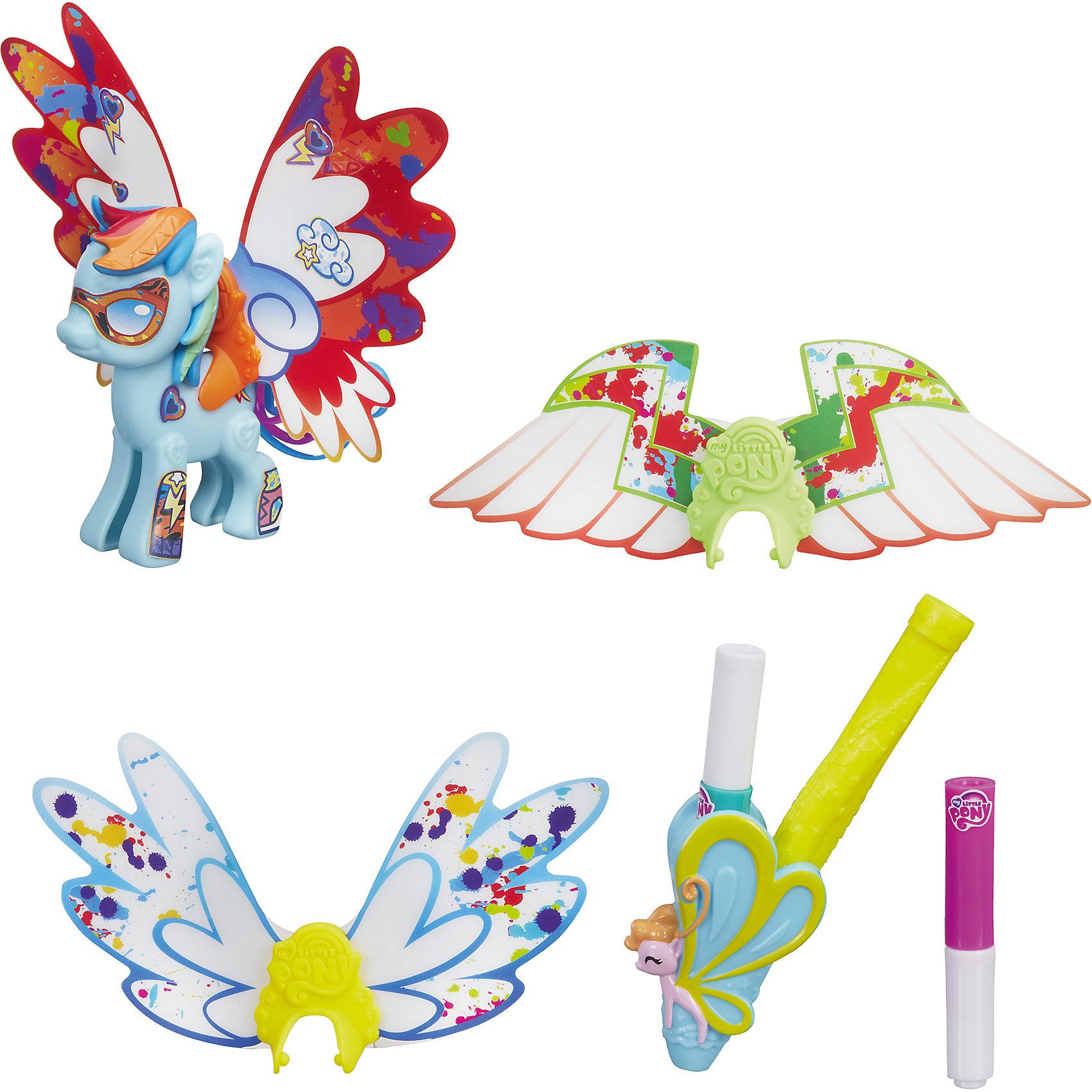Пони с крыльями Рейнбоу Дэш Создай свою пони, My little Pony, B3590/B5678Пони с крыльями Создай свою пони, My little Pony, B3590/B5678.<br><br>Характеристики:<br><br>- В наборе: фигурка пони Рейнбоу Дэш (из двух половинок), грива, хвостик, три пары невероятных крыльев, наклейки, 2 маркера<br>- Можно комбинировать с другими наборами серии<br>- Материал: высококачественная пластмасса, картон<br>- Высота фигурки: 7 см.<br>- Размер упаковки: 21х20,5х2,5 см.<br><br>Игровой набор Создай свою пони станет приятным подарком для девочки - поклонницы мультсериала Моя маленькая пони. Дружба - это чудо!. Малышка сможет самостоятельно соединить две части пони вместе и создать неповторимый образ для пони Рэйнбоу Дэш. В наборе есть 3 пары сменных крыльев различной формы. Одни из них похожи на крылья бабочки, а две другие пары — на крылья птиц или крылышки ангела. Входящие в комплект специальные маркеры помогут раскрасить крылья и декорировать их причудливыми узорами. А множество оригинальных наклеек из набора помогут Рэйнбоу Дэш обрести уникальный внешний вид. Игрушка выполнена из высококачественной пластмассы и имеет поразительное сходство с героиней мультсериала. Игровой набор позволит придумать множество разных сюжетных линий, историй и развить фантазию и мелкую моторику. Фигурка отлично впишется в коллекцию девочки и подарит ей множество положительных эмоций. Детали набора можно комбинировать с элементами из других наборов Создай свою пони.<br><br>Набор Пони с крыльями Создай свою пони, My little Pony, B3590/B5678 можно купить в нашем интернет-магазине.<br><br>Ширина мм: 25<br>Глубина мм: 203<br>Высота мм: 630<br>Вес г: 100<br>Возраст от месяцев: 48<br>Возраст до месяцев: 144<br>Пол: Женский<br>Возраст: Детский<br>SKU: 5064683