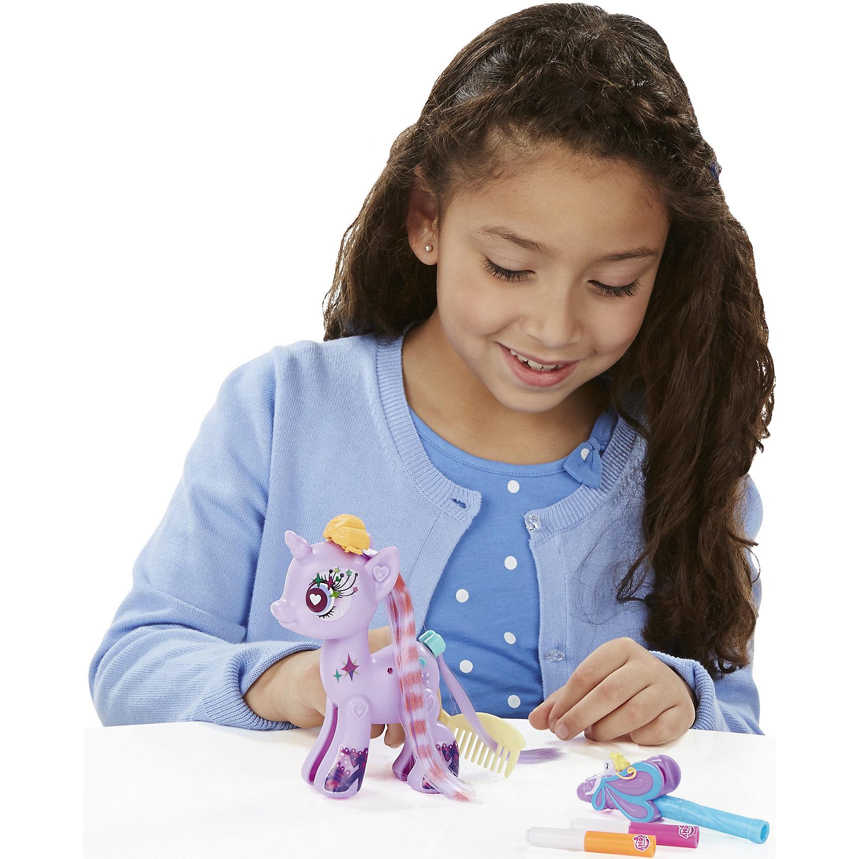 Тематический набор Создай свою пони Старлайт Глиммер, My little Pony, B3591/B5791Игрушки<br>Тематический набор Создай свою пони, My little Pony, B3591/B5791.<br><br>Характеристики:<br><br>- В наборе: фигурка пони Старлайт Глиммер (из двух половинок), две пряди с заколками, 1 хвост, аэромаркер (2 цвета), расческа, наклейки<br>- Можно комбинировать с другими наборами серии<br>- Материал: высококачественная пластмасса<br>- Размер упаковки: 15х2х16 см.<br><br>Игровой набор Создай свою пони станет приятным подарком для девочки - поклонницы мультсериала Моя маленькая пони. Дружба - это чудо!. Малышка сможет самостоятельно соединить две части пони вместе и, благодаря специальным накладным прядям, создать неповторимый образ для пони Старлайт Глиммер. Пряди на заколках сделаны из качественного искусственного волокна. Маркерам, входящими в набор, их можно раскрашивать. Множество декоративных наклеек из набора помогут Старлайт Глиммер обрести уникальный внешний вид. Игрушка выполнена из высококачественной пластмассы и имеет поразительное сходство с героиней мультсериала. Игровой набор позволит придумать множество разных сюжетных линий, историй и развить фантазию и мелкую моторику. Фигурка отлично впишется в коллекцию девочки и подарит ей множество положительных эмоций. Детали набора можно комбинировать с элементами из других наборов Создай свою пони.<br><br>Тематический набор Создай свою пони, My little Pony, B3591/B5791 можно купить в нашем интернет-магазине.<br><br>Ширина мм: 35<br>Глубина мм: 229<br>Высота мм: 975<br>Вес г: 300<br>Возраст от месяцев: 48<br>Возраст до месяцев: 144<br>Пол: Женский<br>Возраст: Детский<br>SKU: 5064684