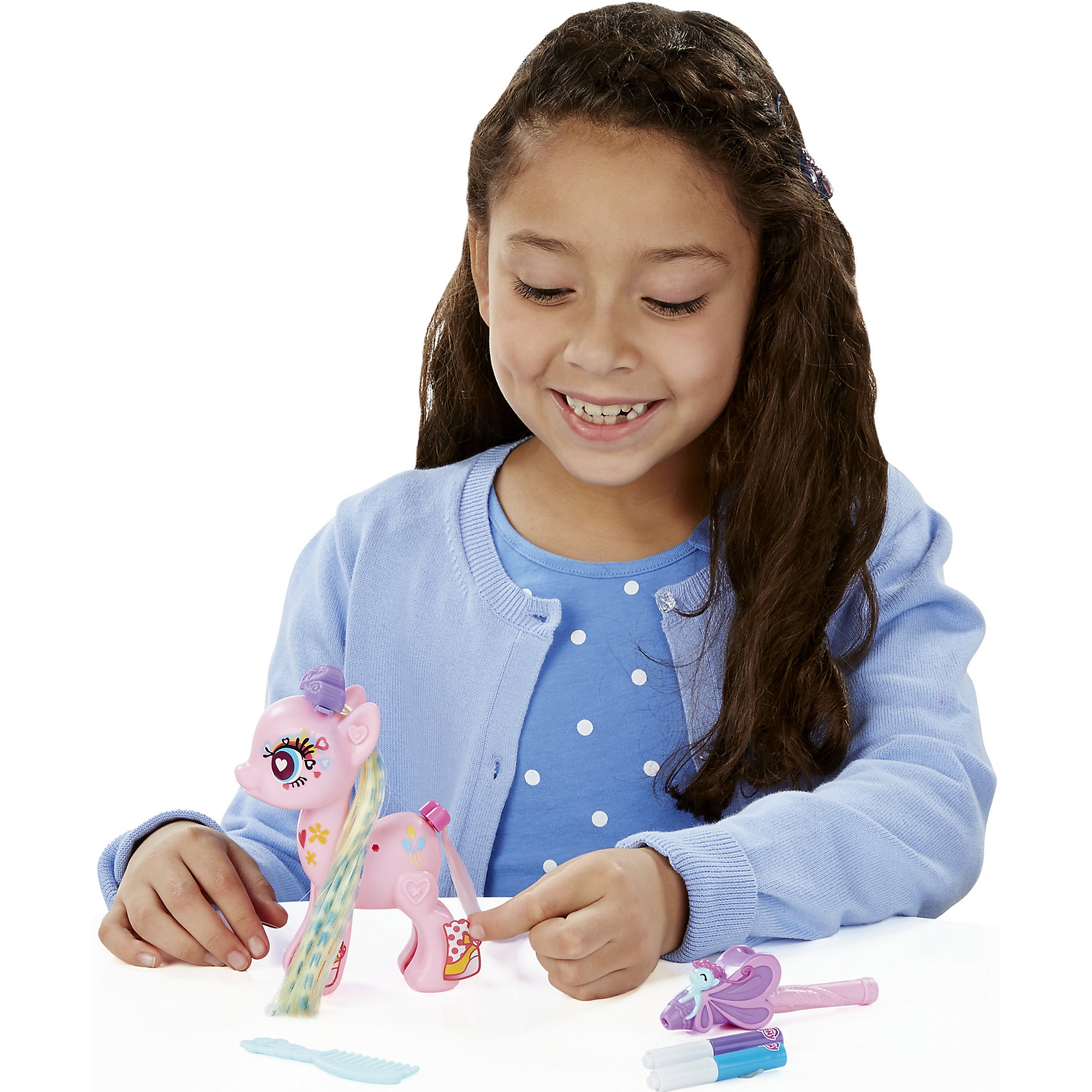 Тематический набор Создай свою пони Пинки Пай, My little Pony, B3591/B5792Игрушки<br>Тематический набор Создай свою пони, My little Pony, B3591/B5792.<br><br>Характеристики:<br><br>- В наборе: фигурка пони Пинки Пай (из двух половинок), две пряди с заколками, 1 хвост, аэромаркер (2 цвета), расческа, наклейки<br>- Можно комбинировать с другими наборами серии<br>- Материал: высококачественная пластмасса<br>- Размер упаковки: 15х2х16 см.<br><br>Игровой набор Создай свою пони станет приятным подарком для девочки - поклонницы мультсериала Моя маленькая пони. Дружба - это чудо!. Малышка сможет самостоятельно соединить две части пони вместе и, благодаря специальным накладным прядям, создать неповторимый образ для пони Пинки Пай. Пряди на заколках сделаны из качественного искусственного волокна. Маркерам, входящими в набор, их можно раскрашивать. Множество декоративных наклеек из набора помогут Пинки Пай обрести уникальный внешний вид. Игрушка выполнена из высококачественной пластмассы и имеет поразительное сходство с героиней мультсериала. Игровой набор позволит придумать множество разных сюжетных линий, историй и развить фантазию и мелкую моторику. Фигурка отлично впишется в коллекцию девочки и подарит ей множество положительных эмоций. Детали набора можно комбинировать с элементами из других наборов Создай свою пони.<br><br>Тематический набор Создай свою пони, My little Pony, B3591/B5792 можно купить в нашем интернет-магазине.<br><br>Ширина мм: 35<br>Глубина мм: 229<br>Высота мм: 975<br>Вес г: 300<br>Возраст от месяцев: 48<br>Возраст до месяцев: 144<br>Пол: Женский<br>Возраст: Детский<br>SKU: 5064685