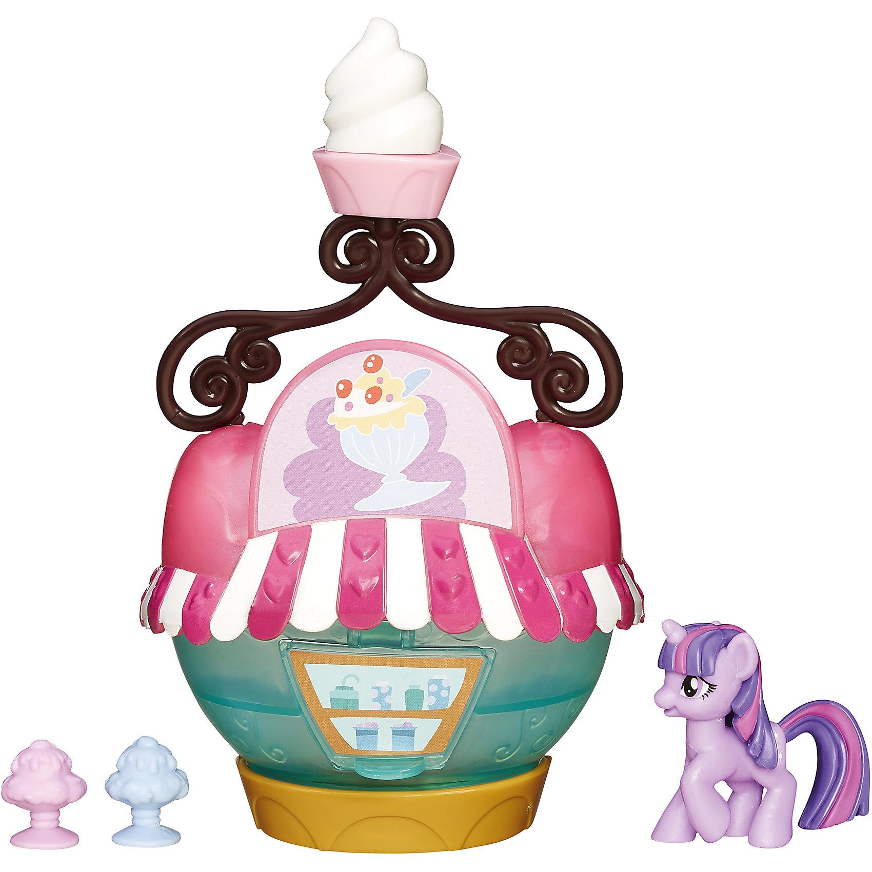 Коллекционный игровой мини-набор пони Твайлайт Спаркл, My little Pony, B3597/B5568Игрушки<br>Коллекционный игровой мини-набор пони, My little Pony, B3597/B5568.<br><br>Характеристики:<br><br>- В наборе: фигурка пони Твайлайт Спаркл, 2 десерта, кафе<br>- Размер фигурки пони: около 4 см.<br>- Материал: высококачественная пластмасса<br>- Размер упаковки: 20x16.5x6 см.<br><br>Коллекционный набор с фигуркой Твайлайт Спаркл от Hasbro (Хасбро) станет приятным подарком для девочки - поклонницы мультсериала Моя маленькая пони. Дружба - это чудо!. В комплекте есть кафе-мороженое и два десерта, которые позволят придумать множество разных сюжетных линий и историй. Пони Твайлайт Спаркл отправляется в свое любимое кафе, чтобы заказать любимое лакомство. Кафе выглядит очень здорово: оно похоже на креманку с мороженым, а наверху есть вывеска с объемным изображением любимого десерта Твайлайт. Характерной особенностью набора является то, что главная героиня мультсериала My Little Pony изображена еще совсем юной малышкой. Она еще не является принцессой-единорогом, поэтому у нее отсутствуют крылышки. Набор выполнен из высококачественной пластмассы, безопасен для детей.<br><br>Коллекционный игровой мини-набор пони, My little Pony, B3597/B5568 можно купить в нашем интернет-магазине.<br><br>Ширина мм: 206<br>Глубина мм: 167<br>Высота мм: 600<br>Вес г: 132<br>Возраст от месяцев: 48<br>Возраст до месяцев: 72<br>Пол: Женский<br>Возраст: Детский<br>SKU: 5064687