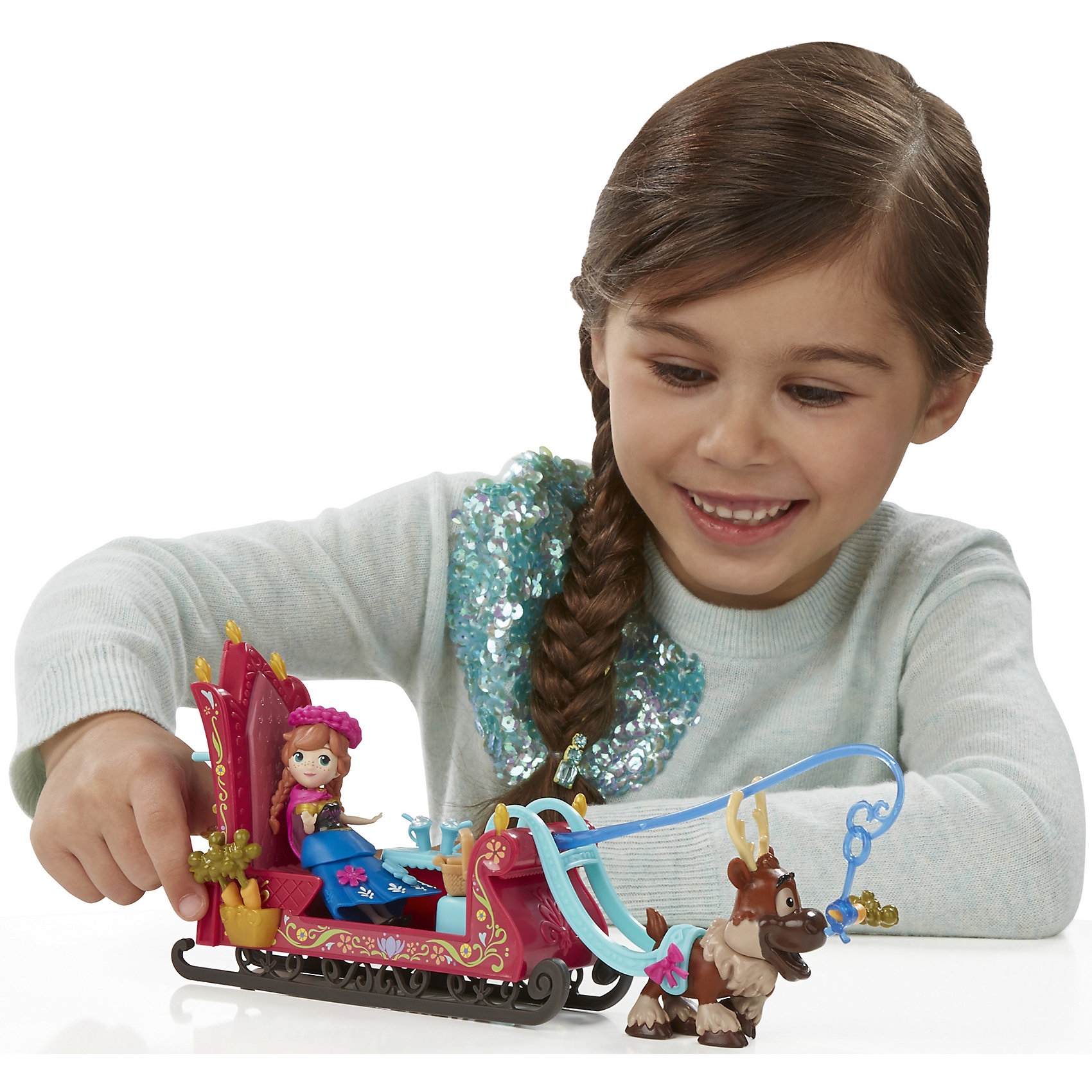 Игровой набор Маленькие куклы Анна, Свен и сани,  Холодное сердце, B5194/B5196Игрушки<br>Игровой набор Маленькие куклы, Холодное сердце, B5194/B5196.<br><br>Характеристики:<br><br>- В наборе: фигурка Анны в наряде для путешествий; фигурка Свена, впряженного в сани; корзинка для пикника полная вкусностей; миска попкорна; чайник; кружки; морковки; аппарата для приготовления воздушной кукурузы<br>- Материал: высококачественная пластмасса<br>- Высота Анны: 7,5 см.<br>- Высота Свена: 6,5 см.<br>- Размер упаковки: 31х6х23 см.<br><br>Набор от торговой марки Hasbro (Хасбро) станет отличным подарком девочке в возрасте от 4 лет. В комплект входят сани и фигурки принцессы Анны и оленя по имени Свен. Мини-фигурки в точности повторяют свои телевизионные прототипы. Набор сказочный и волшебный. Принцесса сможет разъезжать в красиво декорированных санях, украшенных узорами. Везет их забавный и милый олень, которого необходимо подкармливать морковкой. Для хранения морковки в санях предусмотрен специальный отсек. Сани отлично обустроены для комфортной поездки, ведь внутри есть скамеечка, куда можно посадить куклу, а также столик и тумбочка, в которой можно хранить небольшой чайничек, стаканчики для напитков и сладости. На всякий случай предусмотрительная Анна прихватила с собой небольшую корзинку, куда она сможет положить различные мелочи. Наряд Анны состоит из юбки, баски, топа, плаща, аксессуаров для волос, а также дополнительных аксессуаров, которые можно прикреплять для украшения наряда. В набор также входит миска попкорна и аппарата для приготовления воздушной кукурузы. Все детали набора выполнены из прочной нетоксичной пластмассы, которая совершенно безопасна для ребенка. Набор непременно порадует вашу маленькую принцессу и подарит ей массу положительных эмоций.<br><br>Игровой набор Маленькие куклы, Холодное сердце, B5194/B5196 можно купить в нашем интернет-магазине.<br><br>Ширина мм: 303<br>Глубина мм: 225<br>Высота мм: 1400<br>Вес г: 356<br>Возраст от месяцев: 48<br>Возраст д