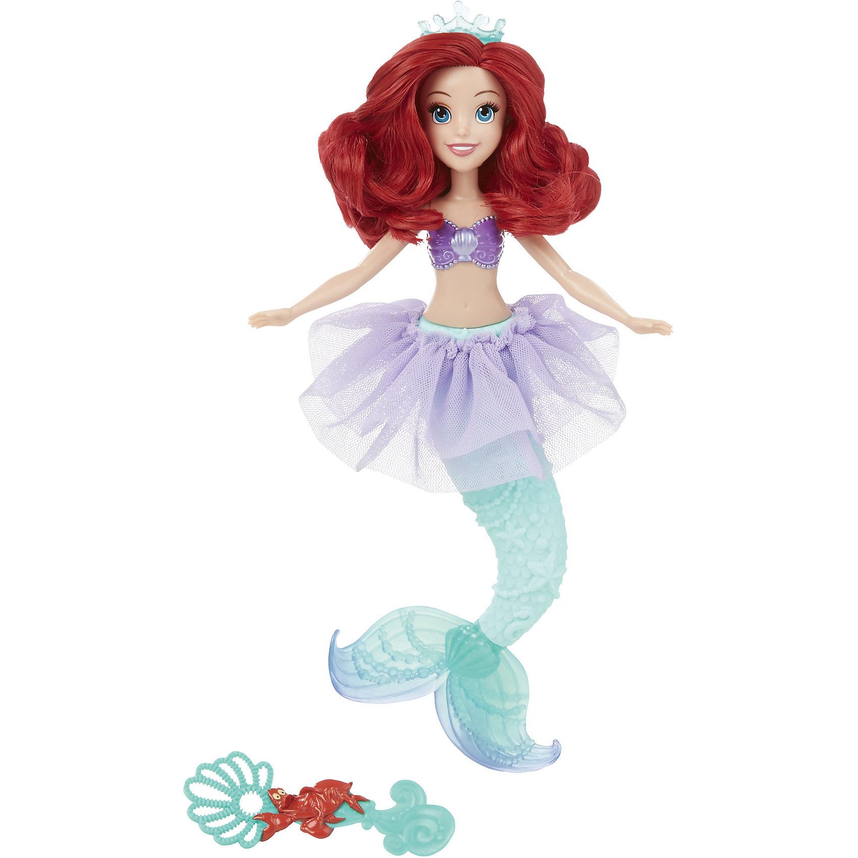 Куклы Принцесса Ариель для игры с водой, Принцессы Дисней, B5302/B5303Игрушки<br>Куклы Принцессы Ариель для игры с водой, Принцессы Дисней, B5302/B5303.<br><br>Характеристики:<br><br>- В наборе: кукла, ложечка для мыльных пузырей<br>- Раствор для выдувания пузырей не входит в комплект<br>- Материал: высококачественный пластик, текстиль<br>- Высота куклы: 28 см.<br>- Размер упаковки: 15,2х6,4х35,6 см.<br><br>Очаровательная кукла в виде Ариэль, героини мультфильма Русалочка, от торговой марки Hasbro (Хасбро) станет любимой игрушкой вашей маленькой принцессы. Кукла имеет высокую степень детализации, даже самые мелкие детали качественно прорисованы. Ариэль одета в красивый сиреневый купальник и юбку-пачку. На голове у Ариэль надета тиара, как и полагается настоящей принцессе. Однако она не только выполняет декоративную функцию, но и является уникальным игровым аксессуаром - из нее можно пускать самые настоящие мыльные пузыри! Для этого нужно залить мыльный раствор в отверстие в спине куклы, которое закрывается герметичной крышкой, а затем надавить на хвост русалки. Кроме того, с помощью аксессуара, входящего в комплект, можно пускать мыльные пузыри обычным способом. Руки, ноги и голова куклы подвижны, а ее роскошные, длинные волосы можно расчесывать и укладывать в различные прически. Кукла изготовлена из прочного пластика, а ее одежда пошита из высококачественного текстиля.<br><br>Куклу Принцессы Ариель для игры с водой, Принцессы Дисней, B5302/B5303 можно купить в нашем интернет-магазине.<br><br>Ширина мм: 64<br>Глубина мм: 152<br>Высота мм: 1700<br>Вес г: 183<br>Возраст от месяцев: 36<br>Возраст до месяцев: 144<br>Пол: Женский<br>Возраст: Детский<br>SKU: 5064699