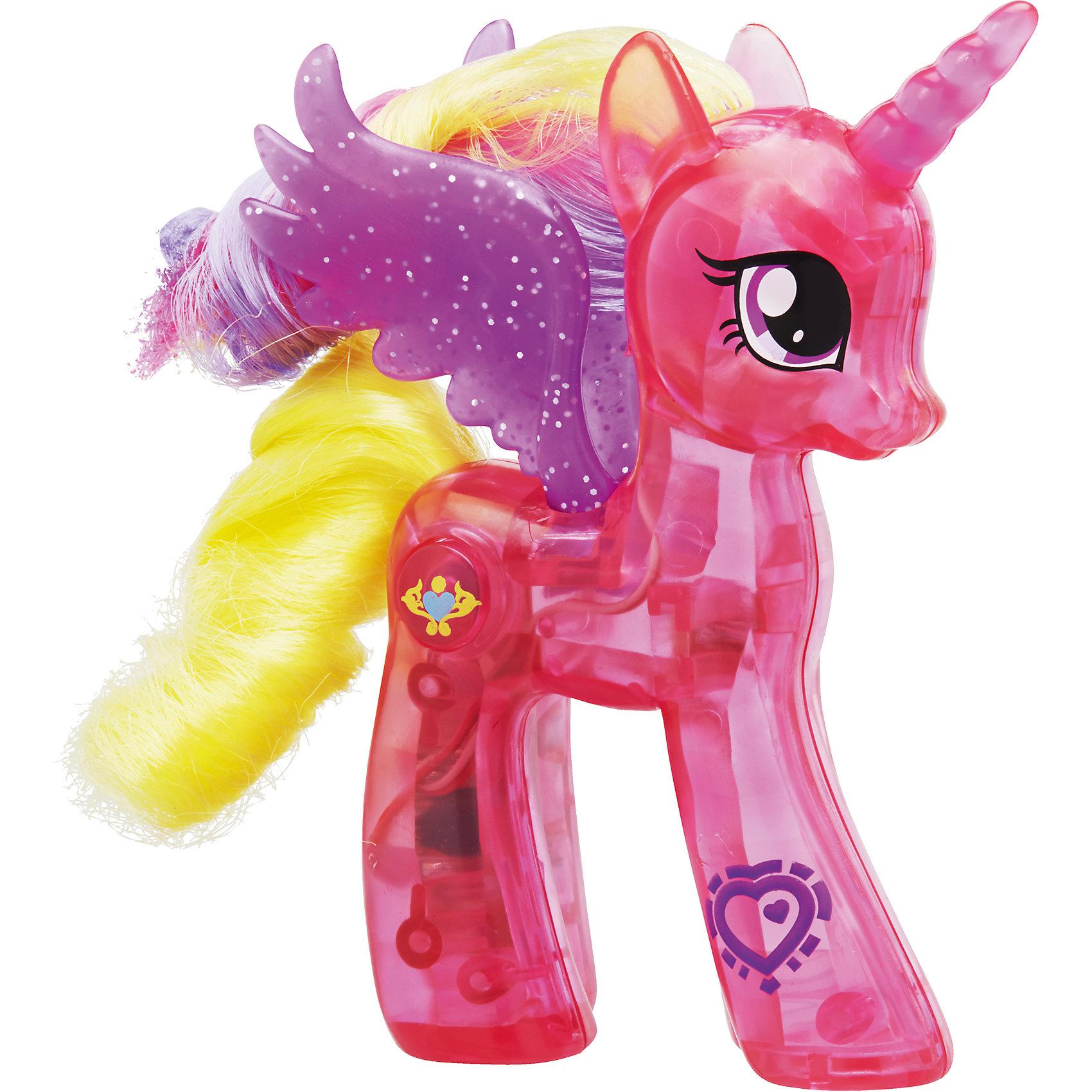 Пони сияющие принцессы, Принцесса Каденс, My little Pony, B5362/B7292Пони сияющие принцессы, My little Pony, B5362/B7292.<br><br>Характеристики:<br><br>- В наборе: пони, гребешок<br>- Материал: пластик<br>- Высота фигурки: 10 см.<br>- Батарейки: 2 шт. типа LR44 (входят в комплект)<br><br>Пони Принцесса Каденс от Hasbro (Хасбро)- это потрясающий своей проработкой игровой аналог мультипликационной героини из любимого детьми мультсериала о дружбе и увлекательных приключениях маленьких пони. Фигурка способна светиться при нажатии кнопки на боку, что делает процесс игры еще более увлекательным и сказочным. Также у нее на ноге расположен QR-код, отсканировав который, вы получите преимущество в мобильном приложении My Little Pony. В комплект входит небольшой гребешок, с помощью которого ребенок сможет расчесывать густую гриву и хвостик лошадки. Все составляющие игрушки выполнены из особого пластика с использованием разрешенных в продукции для детей красителей, благодаря чему пони надолго сохранит свою целостность, насыщенный цвет и прекрасный внешний вид.<br><br>Игровой набор Пони сияющие принцессы, My little Pony, B5362/B7292 можно купить в нашем интернет-магазине.<br><br>Ширина мм: 57<br>Глубина мм: 200<br>Высота мм: 600<br>Вес г: 163<br>Возраст от месяцев: 36<br>Возраст до месяцев: 72<br>Пол: Женский<br>Возраст: Детский<br>SKU: 5064714