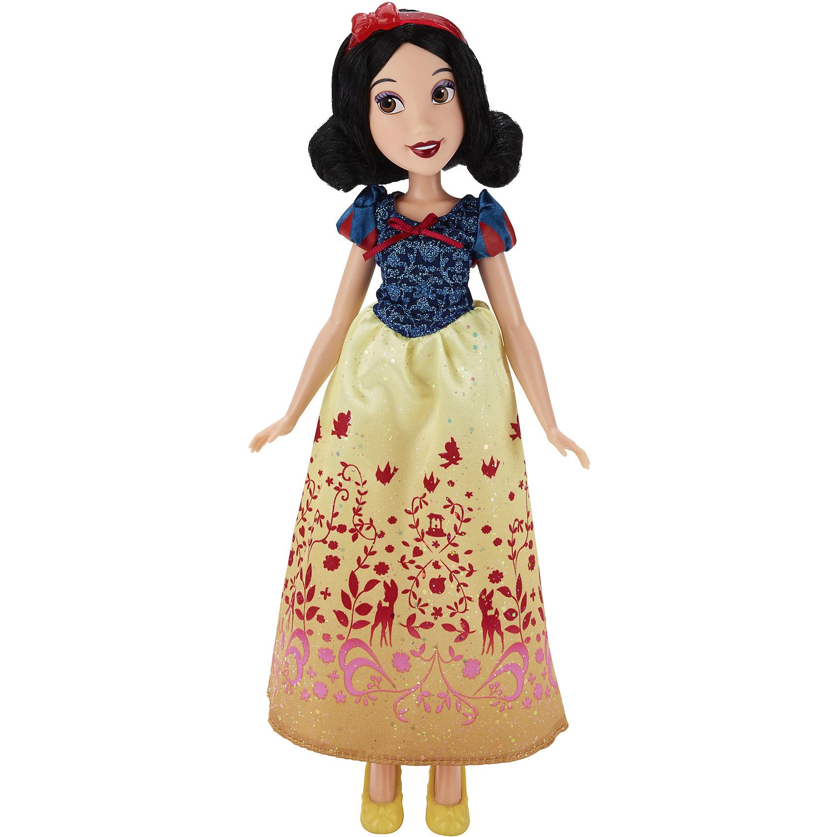 Классическая модная кукла Принцесса БелоснежкаИгрушки<br>Классическая модная кукла Принцесса, B6446/B5289.<br><br>Характеристики:<br><br>- Материал: пластмасса, текстиль.<br>- Высота куклы: 28 см.<br>- Размер упаковки: 15х5х36 см.<br><br>Симпатичная кукла представлена в образе прекрасной принцессы Disney Белоснежки из мультипликационного сериала Белоснежка и семь гномов. Она одета в нарядное платье, украшенное изящным узором, и туфельки на каблуке в тон наряду. Прическу украшает красный пластиковый ободок с бантиком. Макияж Белоснежки достаточно яркий. Губы подкрашены помадой вишневого оттенка, а глаза подведены серо-сиреневыми тенями. У куклы невероятно красивые темные волосы, которые можно расчесывать и заплетать. Подвижные ручки, ножки и голова позволяют кукле принимать множество реалистичных поз. Очаровательная детализированная кукла приведет в восторг вашу малышку и отлично дополнит ее коллекцию диснеевских принцесс.<br><br>Классическую модную куклу Принцесса, B6446/B5289 можно купить в нашем интернет-магазине.<br><br>Ширина мм: 51<br>Глубина мм: 152<br>Высота мм: 860<br>Вес г: 215<br>Возраст от месяцев: 36<br>Возраст до месяцев: 144<br>Пол: Женский<br>Возраст: Детский<br>SKU: 5064735