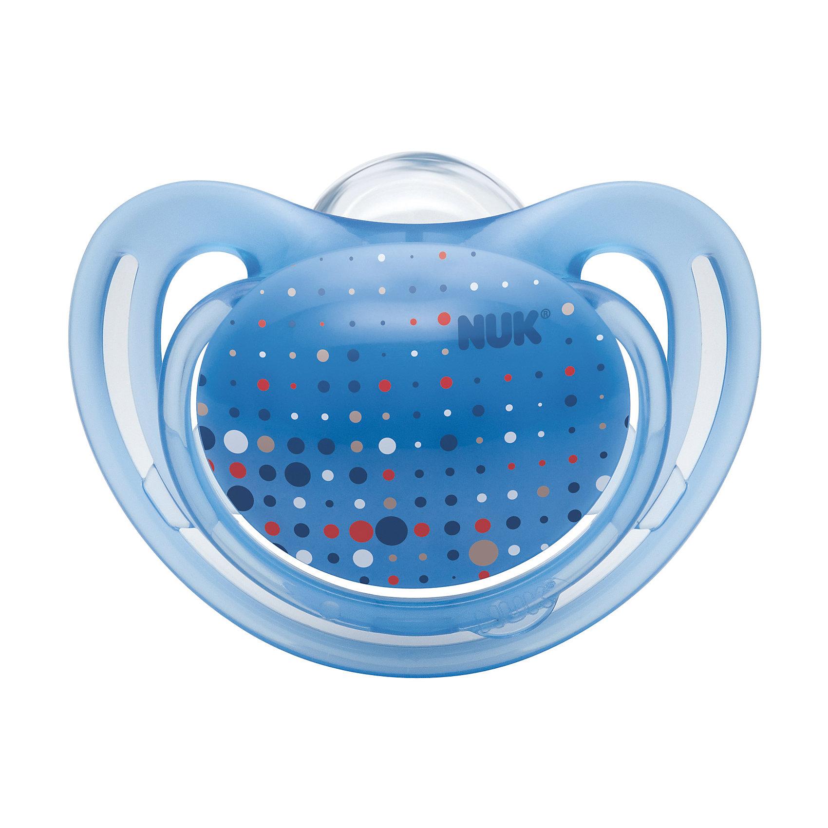 Пустышка силиконовая для сна FREESTYLE, 18-36 мес., NUK, светло-синийПустышки и аксессуары<br>Характеристики изделия:<br><br>- материал: силикон, полиэстер;<br>- ортодонтическая форма;<br>- меньшее количество точек соприкосновения с кожей;<br>- с колечком;<br>- упаковка из 100% биопластика;<br>- размер 3.<br><br>Детские товары существенно облегчают жизнь молодым мамам. Существует множество полезных в период материнства вещей. К таким относится и пустышка. <br>Данная модель разработана совместно с ортодонтами. Мягкий материал подойдет для ротовой полости ребенка. Пустышка легко очищается от любых поверхностных загрязнений. Она помогает правильно сформировать прикус и нормально развиться ротовой полости.<br><br>Пустышку силиконовую для сна FREESTYLE 1 шт. от производителя NUK можно купить в нашем магазине.<br><br>Ширина мм: 75<br>Глубина мм: 75<br>Высота мм: 105<br>Вес г: 38<br>Возраст от месяцев: 18<br>Возраст до месяцев: 36<br>Пол: Унисекс<br>Возраст: Детский<br>SKU: 5065288