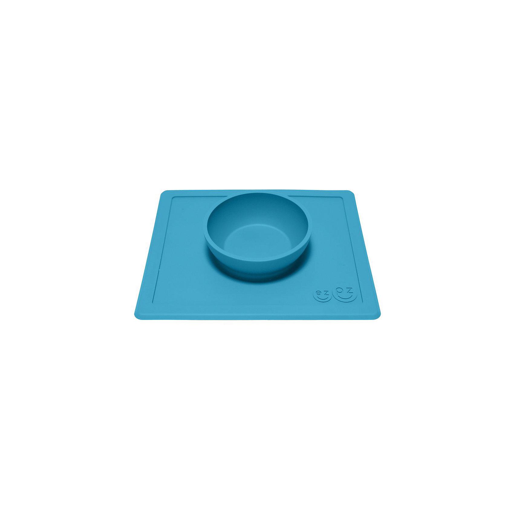 Тарелка с подставкой Happy Bowl, ezpz, синийТарелка с подставкой Happy Bowl, ezpz, синий.<br><br>Характеристики:<br>• изготовлена из качественного пищевого силикона<br>• не содержит бисфенол, свинец, фталаты и ПВХ<br>• надежно прикрепляется к столу<br>• не имеет присосок<br>• сгибается по краям<br>• подходит для использования в посудомоечной машине и микроволновой печи<br>• состав: 100% силикон<br>• размер: 26,5х22,5х3,5 см<br>• объем: 240 мл<br>• цвет: синий<br><br>Тарелка с подставкой Happy Bowl, ezpz отлично подойдет для детей, которые только учатся есть аккуратно. Вы можете налить ребенку суп в чашу и не бояться, что малыш прольет его, ведь тарелка надежно крепится к столу за счет своего веса. По краям мата вы сможете положить хлеб, чашку или столовые приборы. Тарелку можно греть в микроволновой печи и мыть в посудомоечной машине, что еще больше облегчает ее использование. <br><br>Тарелку с подставкой Happy Bowl, ezpz, синий можно приобрести в нашем интернет-магазине.<br><br>Ширина мм: 260<br>Глубина мм: 35<br>Высота мм: 225<br>Вес г: 460<br>Возраст от месяцев: 0<br>Возраст до месяцев: 36<br>Пол: Унисекс<br>Возраст: Детский<br>SKU: 5068706