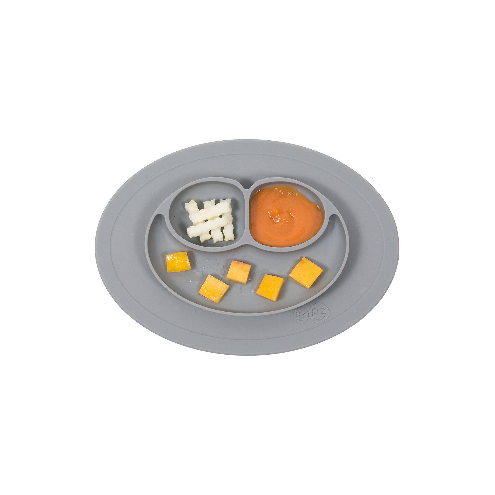 Тарелка малая с подставкой Mini Mat, 240 мл., ezpz, серыйПосуда для малышей<br>Тарелка с подставкой Mini Mat, ezpz, серый.<br><br>Характеристики:<br>• изготовлена из качественного пищевого силикона<br>• надежно крепится к столу<br>• 3 отсека для еды<br>• удобно брать с собой<br>• подходит для посудомоечной машины и микроволновой печи<br>• не содержит бисфенол, свинец, фталаты, поливинилхлорид<br>• приятный дизайн<br>• состав: 100% силикон<br>• размер: 21,5х19,5х2,5 см<br>• объем: 240 мл<br>• цвет: серый<br><br>Тарелка с подставкой Mini Mat, ezpz пригодится, если в доме живут маленькие непоседы. Тарелка имеет 3 глубоких отсека, что позволяет подавать еду раздельно. Вы сможете одновременно подать к столу мясо, гарнир и фрукты, не пачкая лишнюю посуду. Дно тарелки надежно крепится к плоской поверхности - вы можете не переживать, что малыш опрокинет еду и обожжется. Небольшой размер позволит брать тарелку с собой в дорогу. Приятный дизайн тарелки понравится ребенку, и он обязательно будет есть с аппетитом!<br><br><br>Вы можете купить тарелку с подставкой Mini Mat, ezpz, серый в нашем интернет-магазине.<br><br>Ширина мм: 210<br>Глубина мм: 25<br>Высота мм: 195<br>Вес г: 323<br>Возраст от месяцев: 0<br>Возраст до месяцев: 36<br>Пол: Унисекс<br>Возраст: Детский<br>SKU: 5068714