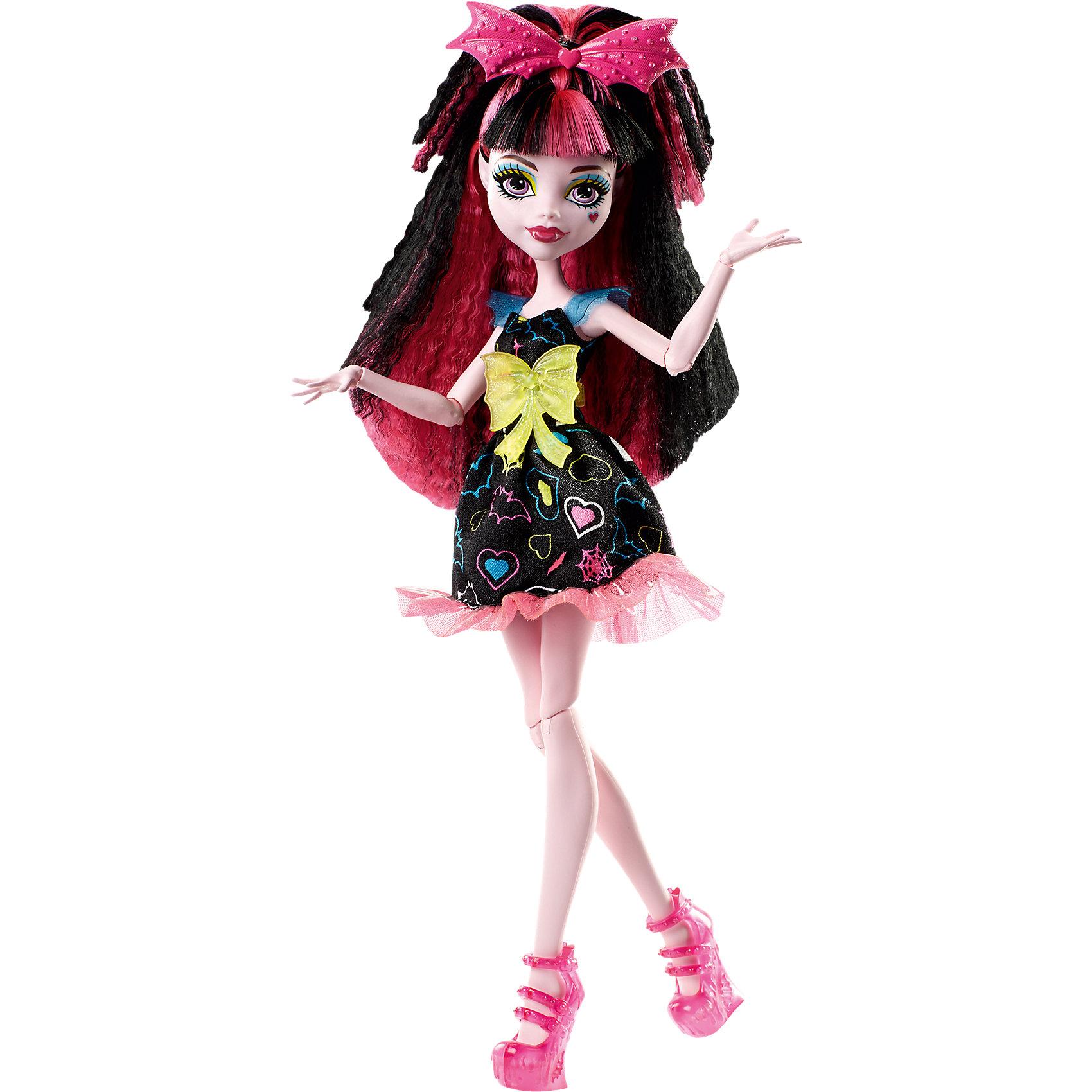 Неоновая монстряшка Дракулаура из серии Под напряжением, Monster HighMonster High<br>Характеристики товара:<br><br>• имя куклы: Дракулаура<br>• комплектация: кукла, одежда, аксессуары<br>• материал: пластик, текстиль<br>• серия: Под напряжением<br>• руки, ноги гнутся<br>• высота куклы: 27 см<br>• возраст: от 6 лет<br>• размер упаковки: 32 x 16 x 7 см<br>• вес: 0,3 кг<br>• страна бренда: США<br><br>Такая современная кукла порадует маленьких любительниц мультфильмов про мир Monster High. Костюм героини мультфильма дополняет обувь и аксессуары. Руки и ноги гнутся, из длинных волос можно делать прически! Кукла Дракулаура из серии Под напряжением, Monster High, станет великолепным подарком для девочек.<br><br>Игры с куклами помогают девочкам отработать сценарии поведения в обществе, развить воображение и мелкую моторику. Изделие произведено из безопасных для детей материалов. Куклы Monster High от бренда Mattel не перестают быть популярными у современных девочек! <br><br>Куклу Неоновая монстряшка Дракулаура из серии Под напряжением, Monster High, от компании Mattel можно купить в нашем интернет-магазине.<br><br>Ширина мм: 339<br>Глубина мм: 154<br>Высота мм: 58<br>Вес г: 172<br>Возраст от месяцев: 72<br>Возраст до месяцев: 120<br>Пол: Женский<br>Возраст: Детский<br>SKU: 5089100