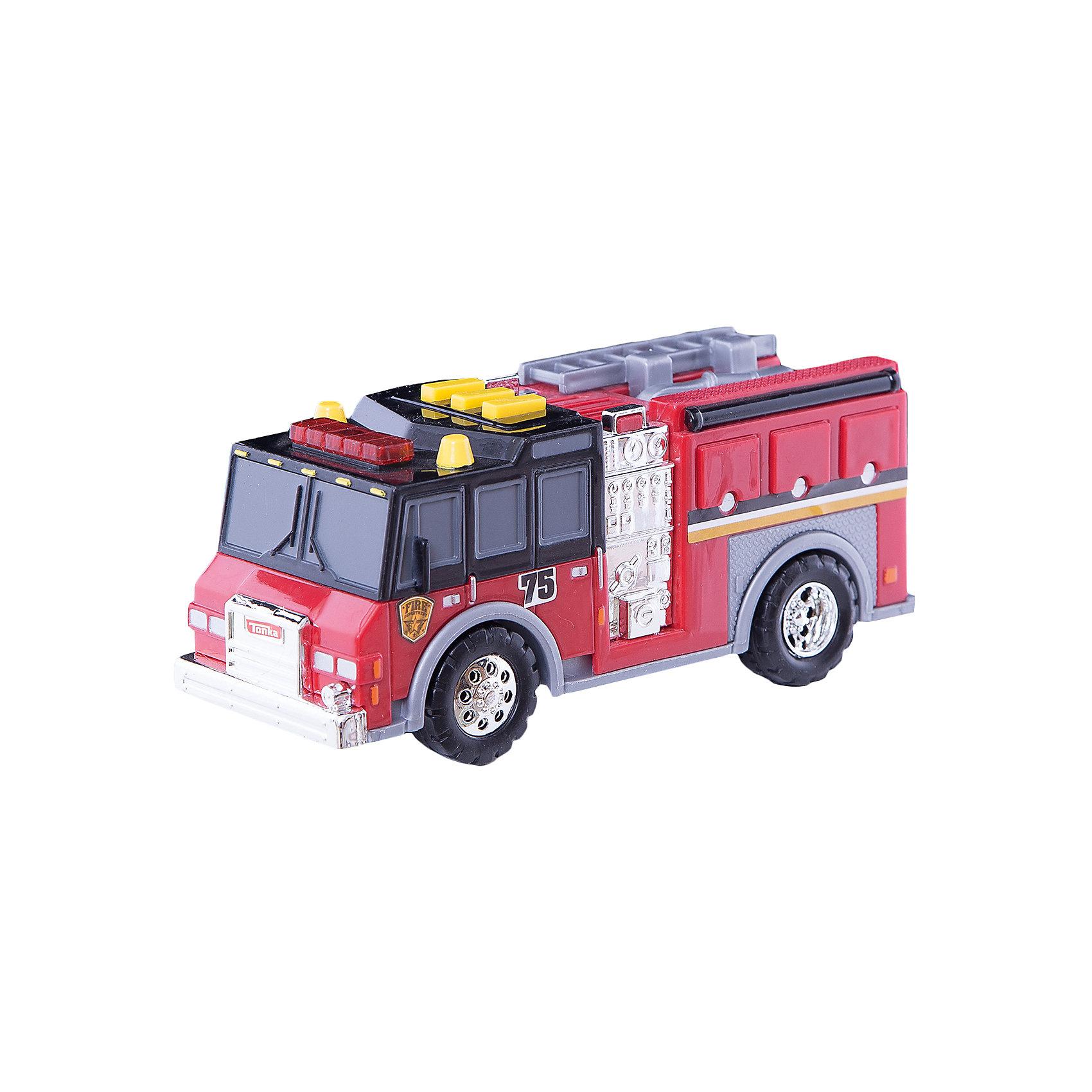 Пожарная машинка Minis, со светом и звуком, TonkaМашинки<br>Пожарная машинка Minis, со светом и звуком, Tonka<br><br>В набор входит:<br><br>-машинка<br>-две батарейки типа ААА<br><br>Характеристики:<br><br>-Возраст: от 3 лет<br>-Для мальчиков<br>-Размер машинки:16,5 х 5,5 х 7 см<br>-Материал: пластик<br>-Марка: Tonka(Тонка)<br><br>Пожарная машинка Tonka Minis имеет очень яркий и интересный дизайн. Ее корпус выполнен в красном, сером и черном цветах, также присутствуют серебристые вставки. На автомобиле очень реалистично прорисованы дверцы и окна. Колеса машинки имеют блестящие серебристые диски. На крыше кабины имеются три желтые кнопки, а также красный проблесковый маячок. Нажав на любую из кнопок, машинка начнет издавать звуки сирены, а также замигают красные лампочки. <br><br>Пожарная машинка Minis, со светом и звуком, Tonka можно приобрести в нашем интернет-магазине.<br><br>Ширина мм: 89<br>Глубина мм: 178<br>Высота мм: 127<br>Вес г: 190<br>Возраст от месяцев: 36<br>Возраст до месяцев: 120<br>Пол: Мужской<br>Возраст: Детский<br>SKU: 5115727