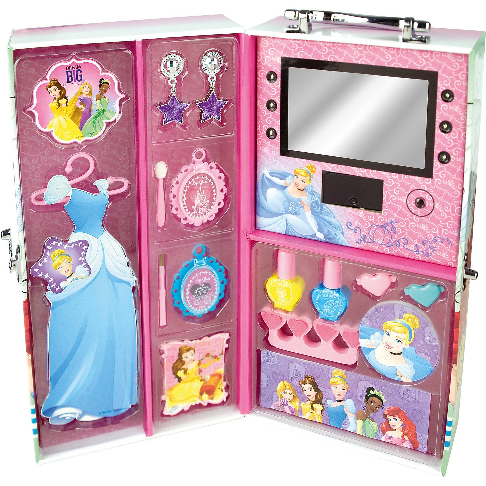 Игровой набор детской косметики Принцессы Диснея в чемодане (подсветка)Косметика, грим и парфюмерия<br>Характеристики:<br><br>• Наименование: детская декоративная косметика<br>• Предназначение: для сюжетно-ролевых игр<br>• Серия: Принцессы Диснея<br>• Пол: для девочки<br>• Материал: натуральные косметические компоненты, пластик, картон<br>• Цвет: в ассортименте<br>• Комплектация: 2 оттенков блеска для губ в виде подвесок, 2 лака для ногтей, аппликатор, кисть, разделитель для пальцев, пилочка, серьги, 2 заколки для волос, вешалка для платья куклы, наклейки (которыми девочка на свое усмотрение сможет украсить чемодан), зеркало с подсветкой внутри чемодана<br>• Батарейки: 2 шт. CR2032 (предусмотрены в комплекте)<br>• Размеры (Д*Ш*В): 30*13*16 см<br>• Вес: 785 г <br>• Упаковка: чемоданчик с ручкой<br><br>Игровой набор детской декоративной косметики в чемодане с подсветкой, Принцессы Дисней – это набор игровой детской косметики от Markwins, которая вот уже несколько десятилетий специализируется на выпуске детской косметики. Рецептура декоративной детской косметики разработана совместно с косметологами и медиками, в основе рецептуры – водная основа, а потому она гипоаллергенны, не вызывает раздражений на детской коже и легко смывается, не оставляя следа. Безопасность продукции подтверждена международными сертификатами качества и безопасности. <br>Игровой набор детской декоративной косметики состоит из всех необходимых средств и атрибутов для создания модного макияжа и маникюра в удобной и компактной упаковке-чемодане с зеркалом, оснащенным подсветкой. Кроме того, набор включает в себя инструменты для маникюра и макияжа, а также бижутерию для создания единого образа. Косметические средства, входящие в состав набора, имеют длительный срок хранения – 12 месяцев. Набор выполнен в брендовом дизайне популярной серии Принцессы Диснея. Игровой набор детской декоративной косметики от Markwins может стать незаменимым праздничным подарком для любой маленькой модницы!<br><br>Игровой 