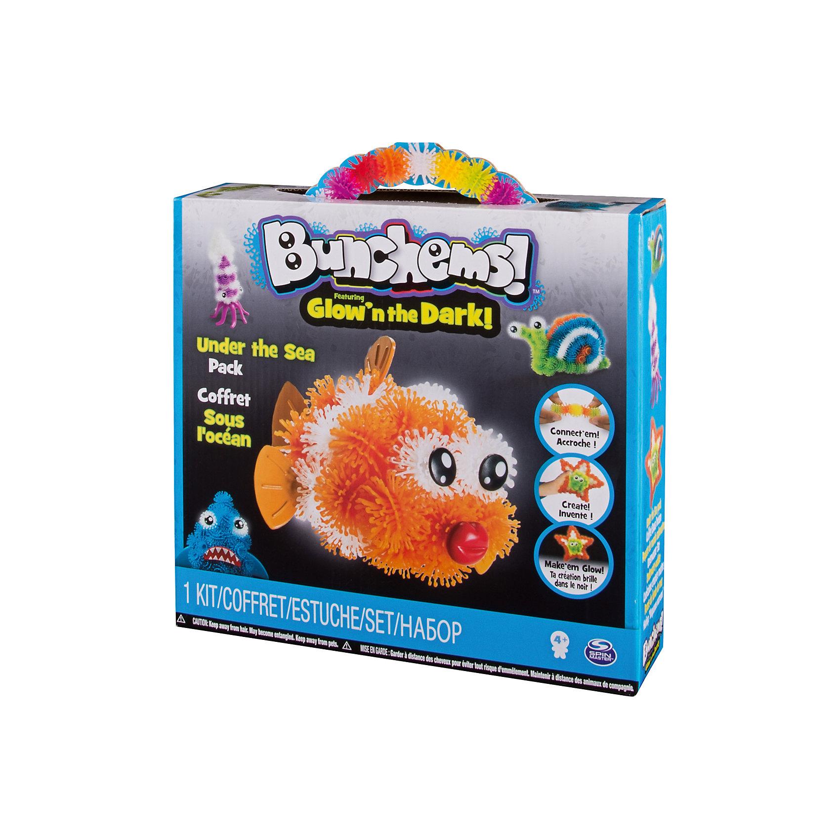 Тематический набор Рыбка (светится в темноте), BunchemsПластмассовые конструкторы<br>Тематический набор Рыбка (светится в темноте), Bunchems (Банчемс).<br><br>Характеристики:<br><br>- Возраст: от 4 лет<br>- Для мальчиков и девочек<br>- В наборе: 40 светящихся в темноте белых шариков Bunchems, 40 синих шариков Bunchems, 40 фиолетовых шариков Bunchems, 40 оранжевых шариков Bunchems, 40 зеленых шариков Bunchems, 10 аксессуаров для создания фигурок морских животных (плавники, глаза, хвосты и т.д.), подробная инструкция со схемами сборки<br>- Диаметр шарика Bunchems: 2 см.<br>- Материал: мягкий качественный нетоксичный пластик, окрашенный в яркие цвета гипоаллергенными красителями<br>- Упаковка: картонная коробка с ручкой<br>- Размер упаковки: 28х25х7 см.<br><br>С помощью набора Bunchems (Банчемс) Рыбка ваш ребенок соберет фигурки 4 подводных обитателей – кальмара, акулу, рыбку, улитку - схемы сборки, для которых представлены в инструкции. А также, применив свою фантазию и воображение, множество других фигурок. Фигурки получатся яркими и интересными, а дополнительные аксессуары сделают их более забавными. Элементы набора - шарики - с помощью мини-крючков легко соединяются между собой и также легко разъединяются, как репейник. В результате горсти таких шариков можно придавать разнообразную форму. Для лучшего сцепления необходимо как можно плотнее прижимать детали. Получившиеся модели не разваливаются, с ними можно играть дома, на улице, в ванной – где угодно! Шарики окрашены в 4 цвета: синий, фиолетовый, оранжевый , зеленый. Еще одна группа шариков – фосфорные белые, благодаря чему готовые поделки светятся в темноте. Выключите лампу и смотрите, как происходят чудеса! Элементы набора выполнены из мягкого безопасного пластика, в центре шариков находятся отверстия для аксессуаров. Набор отлично развивает фантазию и пространственное мышление ребенка. С набором не рекомендуется играть детям младше 4 лет. Перед игрой у девочек волосы следует собрать в хвост или в пучок во избеж
