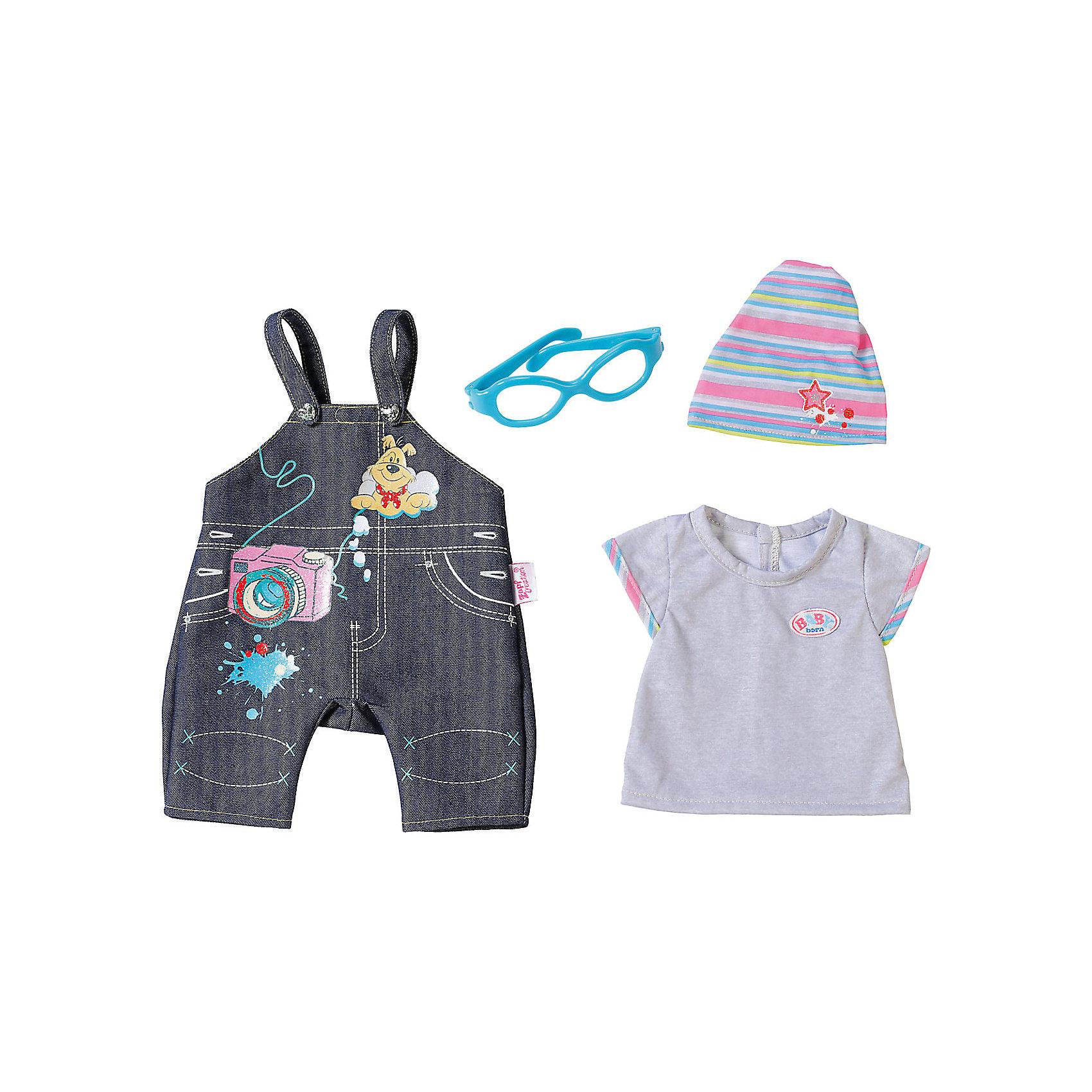 Одежда Джинсовая, BABY born, сераяБренды кукол<br>Характеристики товара:<br><br>- цвет: разноцветный;<br>- материал: тестиль;<br>- комплектация: футболка, комбинезон, шапка, очки;<br>- размер упаковки: 37х8х28 см.<br><br>Кукольная одежда – мечта всех девочек, обожающих играть в дочки-матери! Куклы Бэби Борн – абсолютные фавориты среди детских игрушек. Одно из преимуществ моделей – возможность переодевать куклу на свое усмотрение. Такой набор одежды – интересный и необычный вариант разнообразить игры с куклой. Комплект представлен в новой коллекции одежды для куклы Бэби борн. Вещи, футболка, комбинезон, шапка, очки, очень модно и нарядно смотрятся. Материалы, использованные при изготовлении изделия, абсолютно безопасны и полностью отвечают международным требованиям по качеству детских товаров.<br><br>Одежду Джинсовую, BABY born, можно купить в нашем интернет-магазине.<br><br>Ширина мм: 366<br>Глубина мм: 281<br>Высота мм: 81<br>Вес г: 284<br>Возраст от месяцев: 36<br>Возраст до месяцев: 2147483647<br>Пол: Женский<br>Возраст: Детский<br>SKU: 5140225