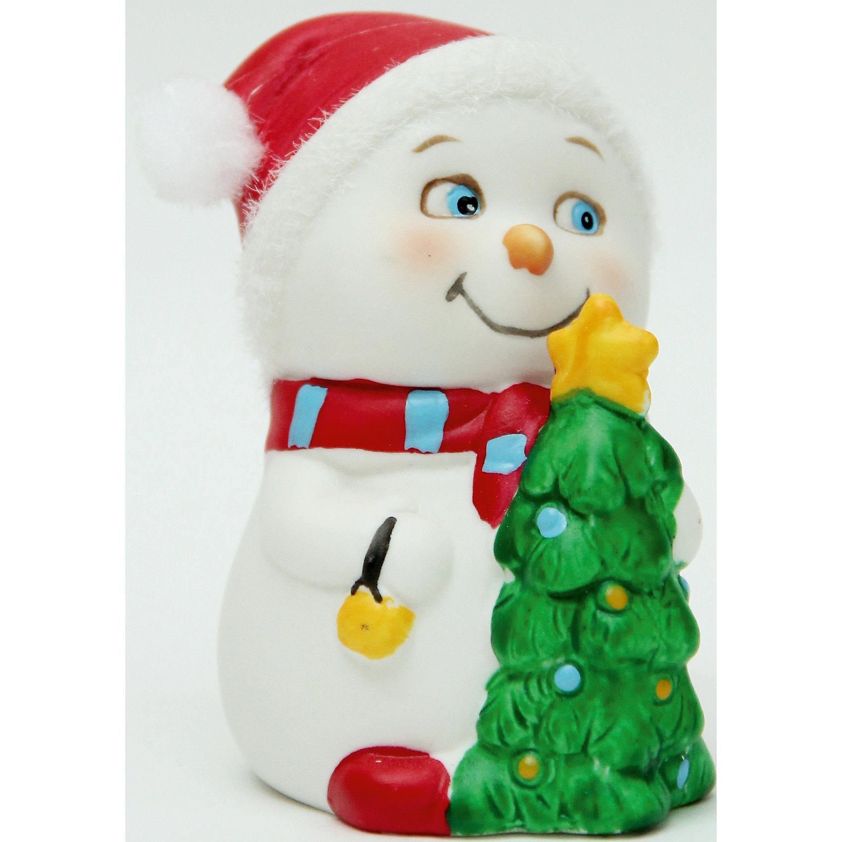 Фигурка Снеговик с елочкойНовогодние свечи и подсвечники<br>Новогодняя фигурка снеговика Снеговик с елочкой арт.38345/120 (цв. карт.8см, керамика)<br><br>Ширина мм: 80<br>Глубина мм: 70<br>Высота мм: 90<br>Вес г: 138<br>Возраст от месяцев: 60<br>Возраст до месяцев: 600<br>Пол: Унисекс<br>Возраст: Детский<br>SKU: 5144562