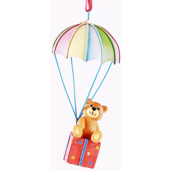 Новогоднее подвесное украшение Плюшевый мишка с подарком на парашюте (4,8*4,8*10,5 см, из полирезины)Ёлочные игрушки<br>Новогоднее подвесн.украш. Плюшевый мишка с подарком на парашюте арт.34585/4 (4,8*4,8*10,5 см, из полирезины) арт.34585<br><br>Ширина мм: 48<br>Глубина мм: 48<br>Высота мм: 105<br>Вес г: 62<br>Возраст от месяцев: 60<br>Возраст до месяцев: 600<br>Пол: Унисекс<br>Возраст: Детский<br>SKU: 5144709