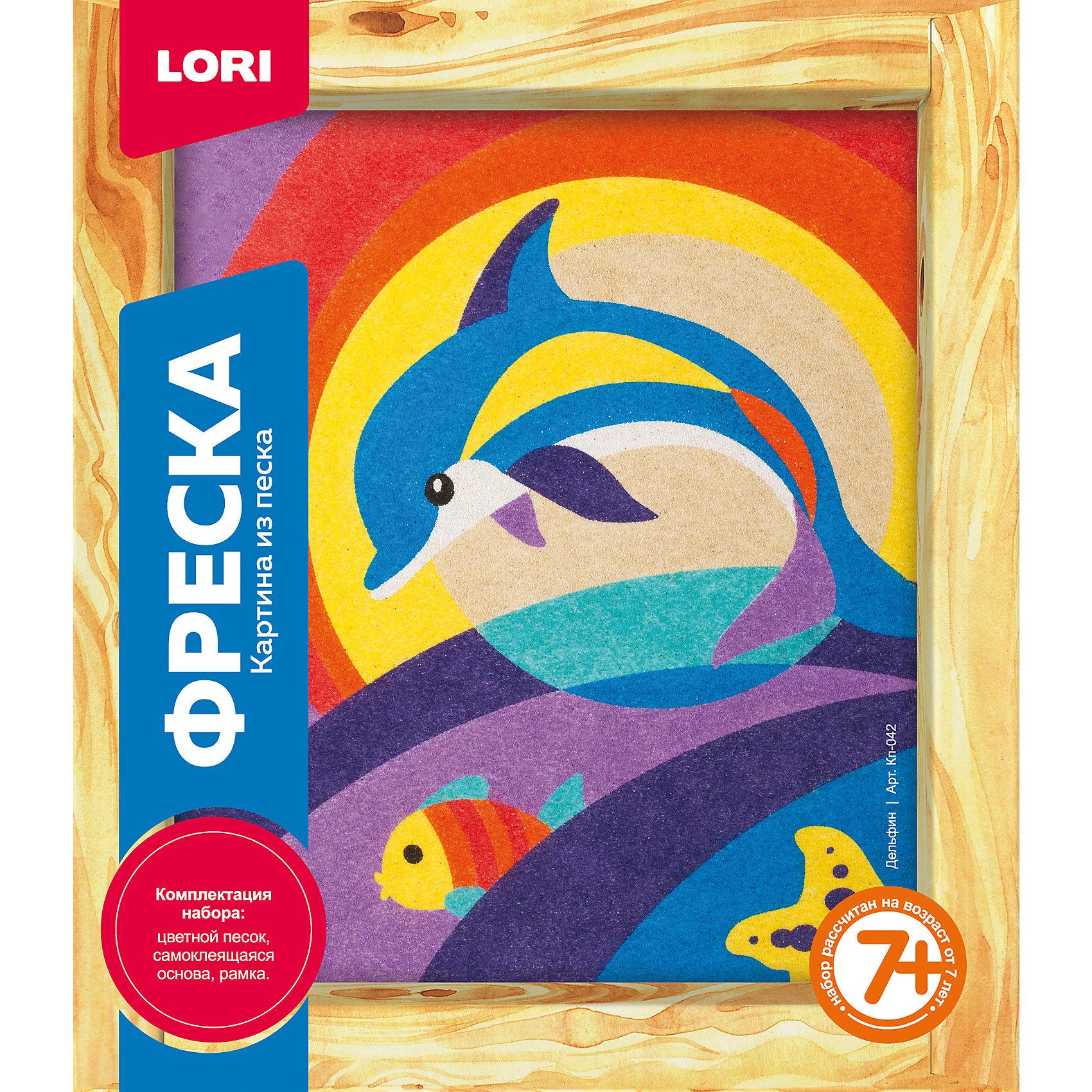 Фреска-картина из песка ДельфинХарактеристики товара:<br><br>• цвет: разноцветный<br>• материал: песок<br>• размер упаковки: 23х20х4 см<br>• вес: 200 г<br>• комплектация: цветной песок, самоклеящаяся основа, рамка, инструкция на упаковке<br>• возраст: от семи лет<br>• упаковка: картонная коробка<br>• страна бренда: РФ<br>• страна изготовитель: РФ<br><br>Этот набор для творчества станет отличным подарком ребенку - ведь с помощью него можно получить красивое изображение из песка! В набор входит цветной песок, самоклеящаяся основа, рамка и инструкция на упаковке. Чтобы получить картинку, нужно нанести песок на основу с разметкой. В итоге получается украшение для интерьера или подарок родным.<br>Детям очень нравится что-то делать своими руками! Кроме того, творчество помогает детям развивать важные навыки и способности, оно активизирует мышление, формирует усидчивость, творческие способности, мелкую моторику и воображение. Изделие производится из качественных и проверенных материалов, которые безопасны для детей.<br><br>Фреску-картину из песка Дельфин от бренда LORI можно купить в нашем интернет-магазине.<br><br>Ширина мм: 230<br>Глубина мм: 200<br>Высота мм: 40<br>Вес г: 210<br>Возраст от месяцев: 84<br>Возраст до месяцев: 120<br>Пол: Женский<br>Возраст: Детский<br>SKU: 5154876