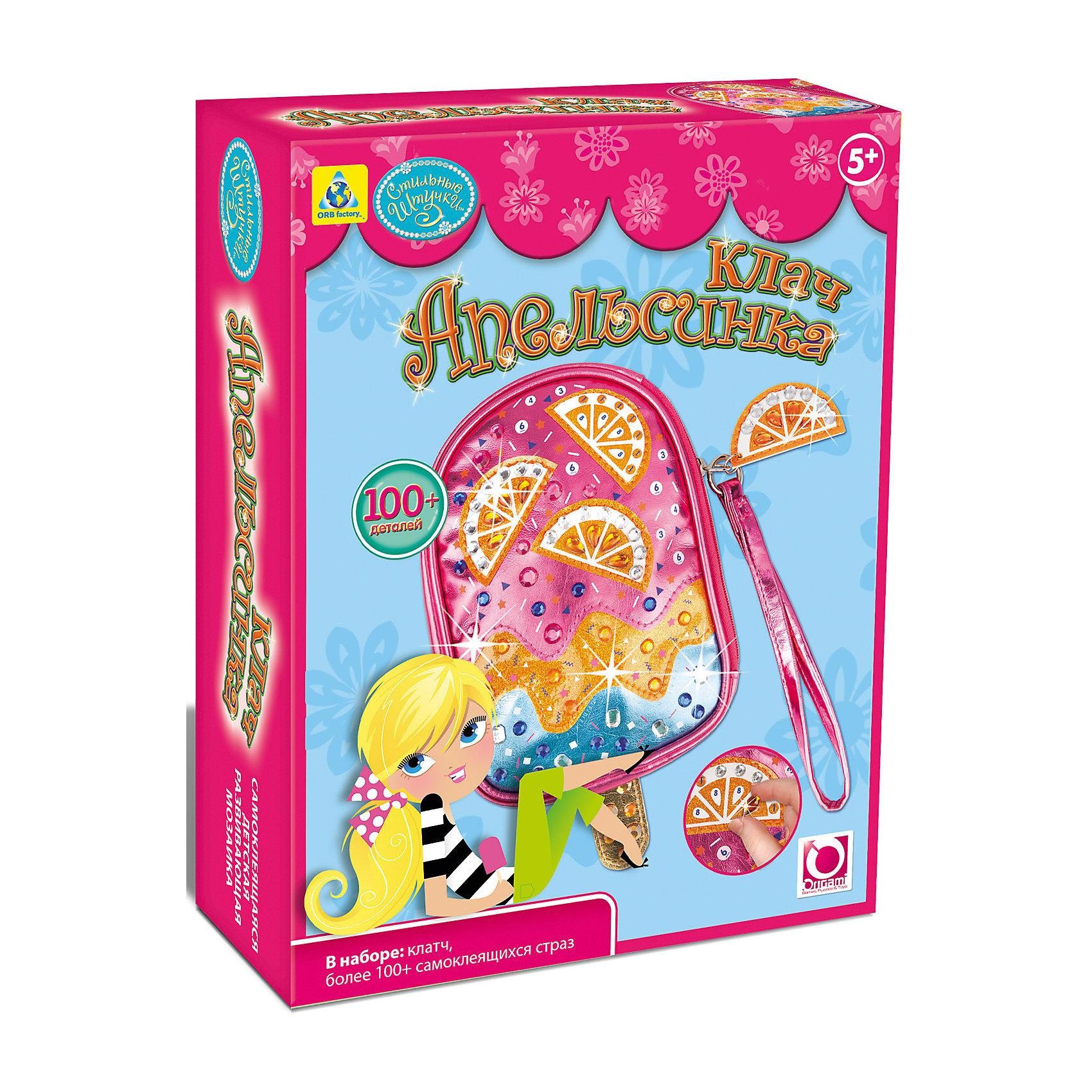 Мозаика-клатч АпельсинкаМозаика детская<br>Произведите впечатление на окружающих вместе со своим ослепительным клатчем! Следуйте нумерации и приклейте декоративные элементы к клатчу «Апельсинка», который имеет необычную форму мороженого на палочке! Наденьте ленточку на запястье и этот модный аксессуар дополнит любой наряд! В наборе: • 1 клатч «Апельсинка» • 100+ сверкающих страз Дизайн моделей разработан в США.5+<br><br>Ширина мм: 178<br>Глубина мм: 64<br>Высота мм: 229<br>Вес г: 151<br>Возраст от месяцев: 60<br>Возраст до месяцев: 96<br>Пол: Женский<br>Возраст: Детский<br>SKU: 5165751