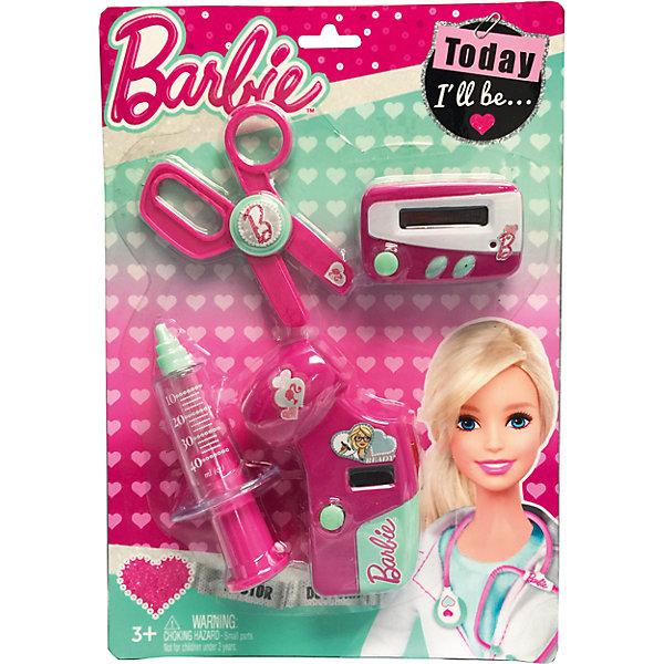 Игровой набор юного доктора на блистере, BarbieНаборы доктора и ветеринара<br>Игровой набор юного доктора на блистере, Barbie (Барби).<br><br>Характеристики:<br><br>• Материал: пластик. <br>• Размер упаковки: 30х21х4 см.<br>• Длина электронного термометра - 11 см., длина пейджера - 7 см. <br>• Комплектация: электронный градусник, пейджер, шприц, ножницы. <br>• Звуковые, световые эффекты. <br>• Отличная детализация. <br>• Элемент питания: пейджер - 2 батарейки AG13 (не входят в комплект); термометр - 2 батарейки AG10 (входят в комплект). <br>• Яркий привлекательный дизайн.<br><br>С этим ярким набором врача ваша девочка почувствует себя самым настоящим доктором. Все аксессуары отлично детализированы и хорошо проработаны, очень похожи на медицинские инструменты. Игрушки изготовлены из экологичного пластика, в производстве которого использованы только безопасные нетоксичные красители.<br><br>Игровой набор юного доктора на блистере, Barbie (Барби), можно купить в нашем интернет-магазине.<br>Ширина мм: 210; Глубина мм: 310; Высота мм: 300; Вес г: 170; Возраст от месяцев: 36; Возраст до месяцев: 2147483647; Пол: Женский; Возраст: Детский; SKU: 5238929;