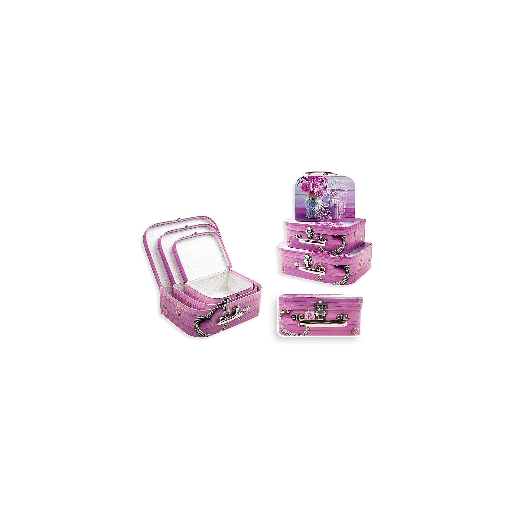 Набор подарочных коробок Розовые Нарциссы, чемоданчики, 3 шт., SchreiberПредметы интерьера<br>Характеристики Товара:<br><br>• размеры: 30х21 см, 25х18 см, 20х15 см<br>• комплектация: 3 шт разного размера<br>• для подарков<br>• материал: бумага<br>• принт<br>• в форме чемоданчиков<br>• страна бренда: Российская Федерация<br>• страна производства: Китай<br><br>Дарить подарки - целое искусство. Получать подарки приятнее всего в красивой упаковке! Такой набор коробок поможет сделать сюрприз еще радостнее. В комплекте - три коробки разного размера, но с одинаковой расцветкой. Удобный формат, приятные оттенки, качественное исполнение! Из такой упаковки приятно доставать подарок на Новый год или другой праздник!<br>Коробки выглядят очень красиво. Их также можно использовать для хранения различных вещей - изделия будут отлично смотреться в любом интерьере. Товар производится из качественных и проверенных материалов, которые безопасны для детей.<br><br>Набор подарочных коробок Розовые Нарциссы, чемоданчики, 3 шт., от бренда Schreiber можно купить в нашем интернет-магазине.<br><br>Ширина мм: 300<br>Глубина мм: 300<br>Высота мм: 210<br>Вес г: 500<br>Возраст от месяцев: 36<br>Возраст до месяцев: 216<br>Пол: Унисекс<br>Возраст: Детский<br>SKU: 5246277