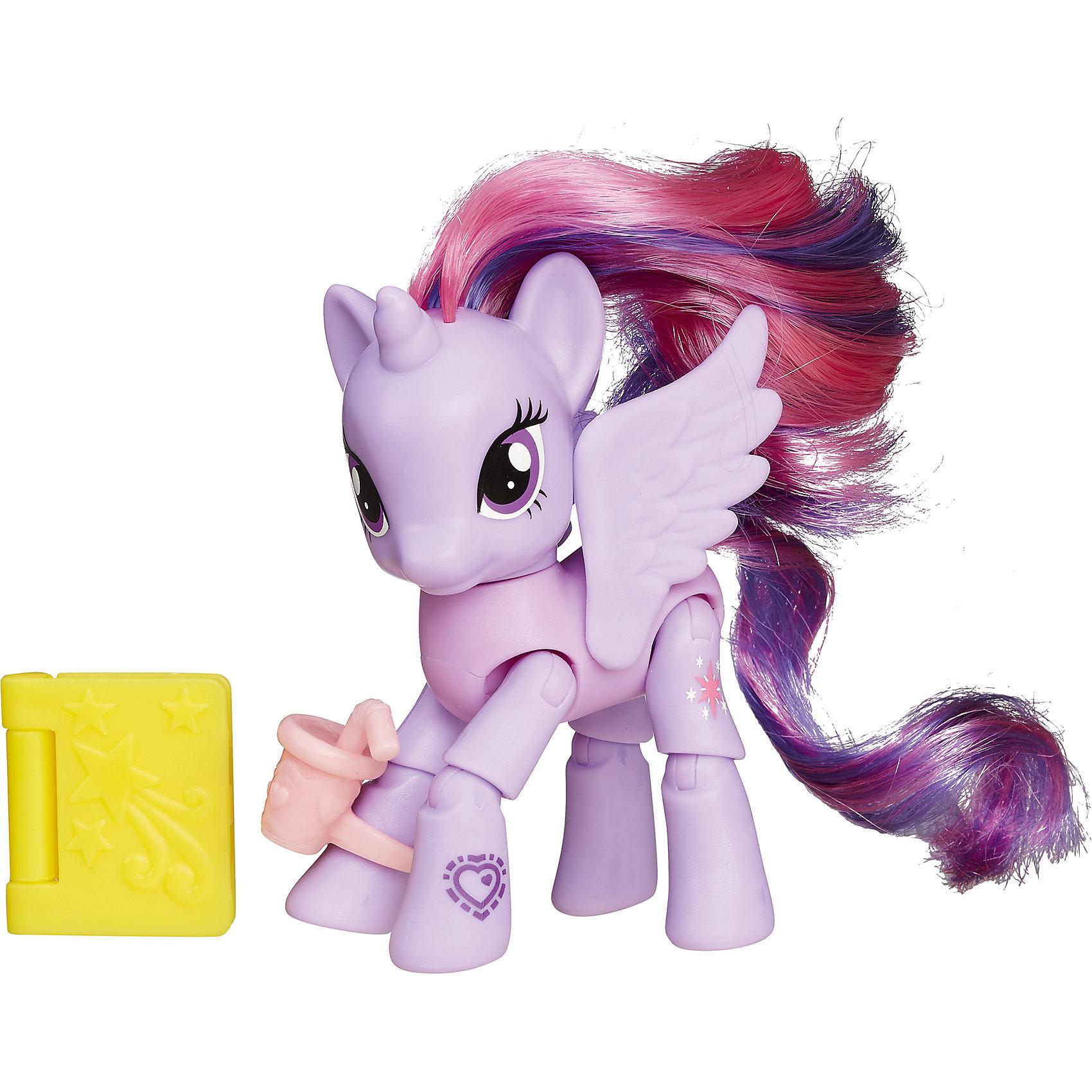Пони с артикуляцией Твайлайт Спаркл, My little PonyИгрушки<br>Твайтл Спаркл самая любознательная из героинь мультфильма о маленьких пони, ведь она никогда не расстаётся с книжкой и является руководительницей библиотеки. Эта фигурка в точности повторяет персонаж и к тому же сделает игру с ней намного реалистичней, так как лапки лошадки сгибаются и имитируют ходьбу.<br>Особенности:<br>- Очаровательная лошадка напомнит юным поклонницам мультфильма «Моя маленькая пони» персонажа по имени Принцесса Твайлайт Спаркл.<br>- От миловидной мордашки героини с большими глазками сложно оторвать взгляд, а ее роскошные розовые гриву и хвост можно при желании расчесать.<br>- Спаркл очень умная и начитанная, поэтому она никогда не расстаётся с книжкой, а также любит пить вкусные коктейли из миниатюрного стаканчика с трубочкой из комплекта. <br>- На корпусе пони можно заметить QR-код в виде сердечка, который при считывании через тематическое электронное приложение, окунет детей в мир игр, посвящённых мультфильму.<br>- Позы и движения лошадки будут выглядеть очень реалистично благодаря ее сгибающимся лапкам.<br>- Дети смогут сами придумать перипетии сюжетной игры по мотивам мультфильма с участием игрушки и разовьют фантазию, придумывая диалоги для героев.<br>- Лошадка выполнена из прочного пластика высокого качества, а ее части тела надёжно соединены друг с другом.<br>Характеристики:<br>Возраст: от 3 лет.<br>Размер упаковки: 18 х 5 х 18 см.<br>В комплекте: пони, аксессуары.<br>Вес: 0,1 кг.<br><br>Ширина мм: 181<br>Глубина мм: 159<br>Высота мм: 55<br>Вес г: 111<br>Возраст от месяцев: 48<br>Возраст до месяцев: 120<br>Пол: Женский<br>Возраст: Детский<br>SKU: 5246351
