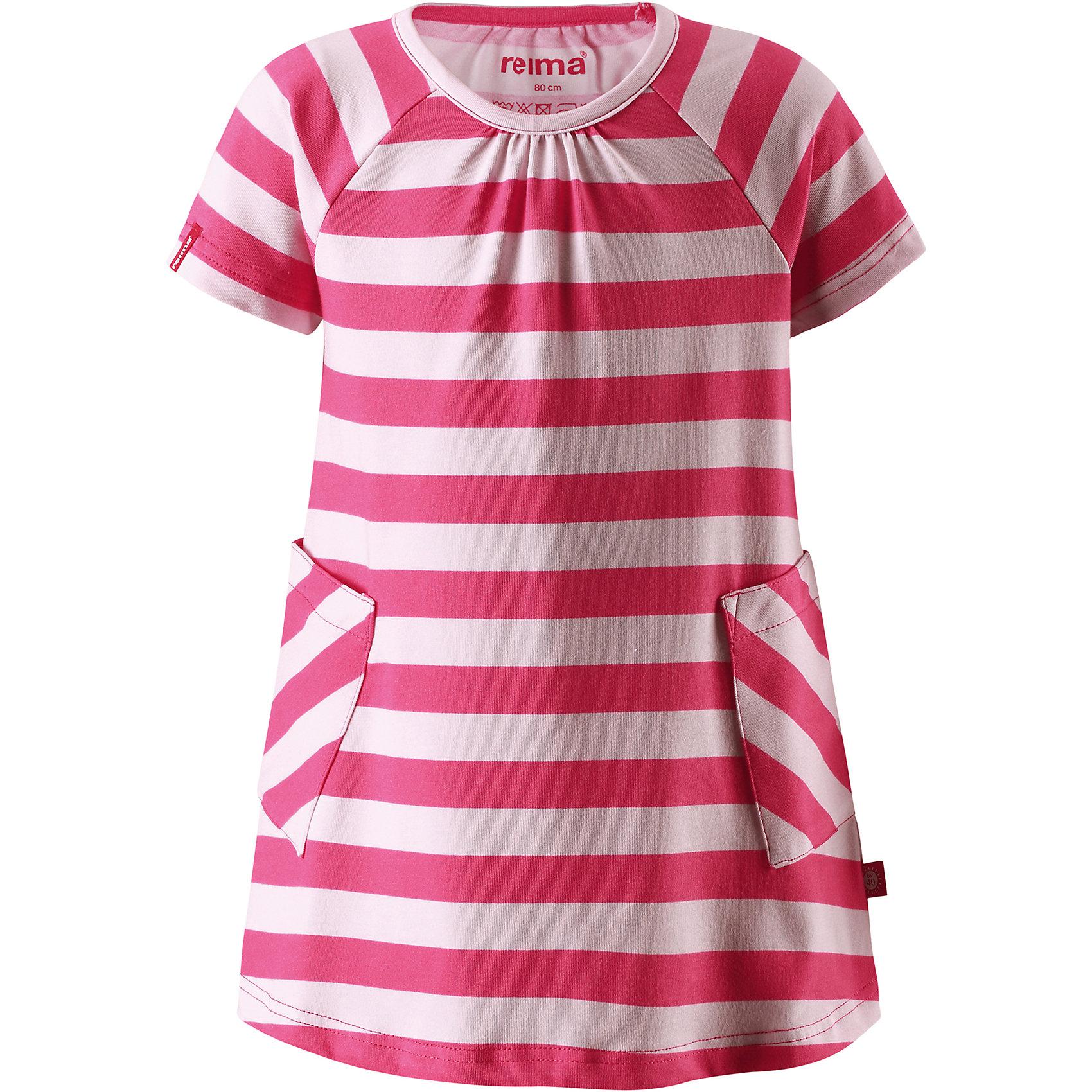 Платье Haili для девочки ReimaОдежда<br>Характеристики товара:<br><br>• цвет: красный<br>• состав: 65% хлопок, 30% полиэстер, 5% эластан<br>• фактор защиты от ультрафиолета 40+<br>• быстросохнущий, приятный на ощупь материал Play Jersey<br>• приятная на ощупь хлопковая поверхность<br>• влагоотводящая изнаночная сторона<br>• трапециевидный силуэт<br>• два накладных кармана<br>• страна бренда: Финляндия<br>• страна производства: Китай<br><br>Одежда может быть модной и комфортной одновременно! Удобное симпатичное платье поможет обеспечить ребенку комфорт - оно не стесняет движения и удобно сидит. Стильный дизайн разрабатывался специально для детей.<br><br>Уход:<br><br>• стирать и гладить, вывернув наизнанку<br>• стирать с бельем одинакового цвета<br>• стирать моющим средством, не содержащим отбеливающие вещества<br>• полоскать без специального средства<br>• придать первоначальную форму вo влажном виде.<br><br>Платье для девочки от финского бренда Reima (Рейма) можно купить в нашем интернет-магазине.<br><br>Ширина мм: 236<br>Глубина мм: 16<br>Высота мм: 184<br>Вес г: 177<br>Цвет: розовый<br>Возраст от месяцев: 60<br>Возраст до месяцев: 72<br>Пол: Женский<br>Возраст: Детский<br>Размер: 116,86,110,128,104,98,122,92,80<br>SKU: 5268190