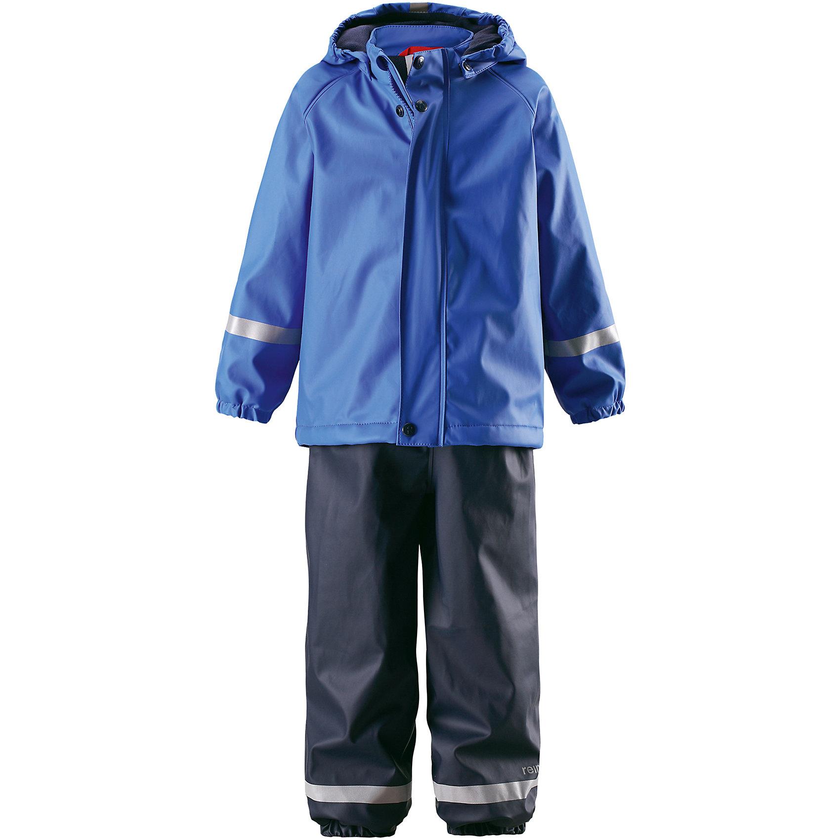Непромокаемый комплект Joki: куртка и брюки для мальчика  ReimaОдежда<br>Характеристики товара:<br><br>• цвет: синий<br>• состав: 100% полиэстер, полиуретановое покрытие<br>• температурный режим: от +10°до +20°С<br>•водонепроницаемость: 10000 мм<br>• комплектация: куртка, штаны<br>• водонепроницаемые запаянные швы<br>• эластичный материал<br>• не содержит ПВХ<br>• мягкая и теплая флисовая подкладка<br>• безопасный съемный капюшон<br>• эластичная резинка по краю капюшона<br>• эластичные манжеты <br>• обхват талии эластичный<br>• эластичные манжеты на концах брючин<br>• комфортная посадка<br>• съемные эластичные штрипки<br>• молния спереди<br>• светоотражающие детали<br>• без утеплителя<br>• страна производства: Китай<br>• страна бренда: Финляндия<br>• коллекция: весна-лето 2017<br><br>Демисезонный комплект из куртки и штанов поможет обеспечить ребенку комфорт и тепло. Предметы отлично смотрятся с различной одеждой. Комплект удобно сидит и модно выглядит. Материал отлично подходит для дождливой погоды. Стильный дизайн разрабатывался специально для детей.<br><br>Обувь и одежда от финского бренда Reima пользуются популярностью во многих странах. Они стильные, качественные и удобные. Для производства продукции используются только безопасные, проверенные материалы и фурнитура. Порадуйте ребенка модными и красивыми вещами от Reima®! <br><br>Комплект: куртка и брюки для мальчика от финского бренда Reima (Рейма) можно купить в нашем интернет-магазине.<br><br>Ширина мм: 356<br>Глубина мм: 10<br>Высота мм: 245<br>Вес г: 519<br>Цвет: синий<br>Возраст от месяцев: 84<br>Возраст до месяцев: 96<br>Пол: Мужской<br>Возраст: Детский<br>Размер: 128,122,86,92,98,104,110,116<br>SKU: 5268198