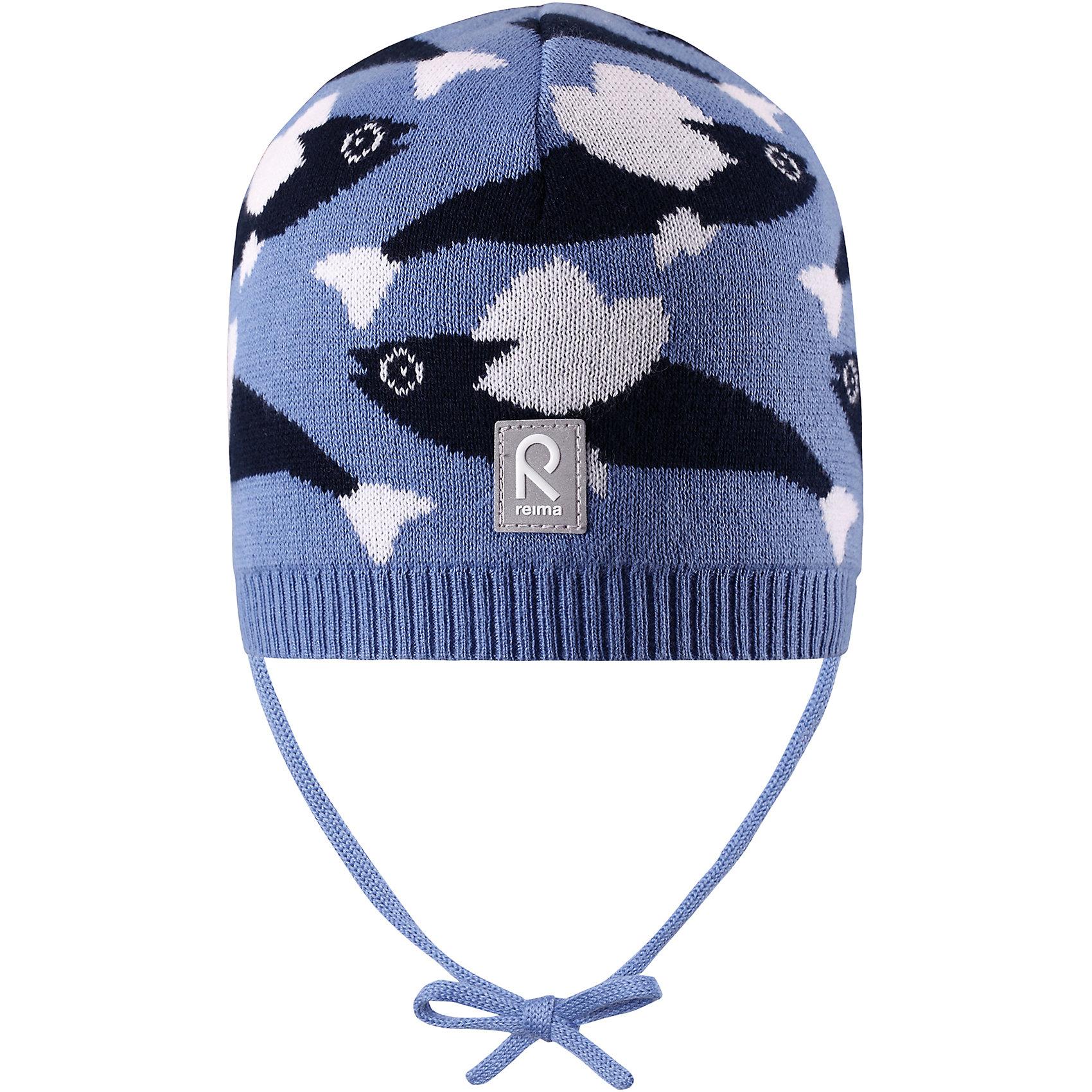Шапка Harjus для мальчика ReimaШапки и шарфы<br>Характеристики товара:<br><br>• цвет: голубой<br>• состав: 100% хлопок<br>• облегчённая модель без подкладки<br>• температурный режим: от +10С<br>• эластичный хлопковый трикотаж<br>• изделие сертифицированно по стандарту Oeko-Tex на продукцию класса 1 - одежда для новорождённых<br>• завязки во всех размерах<br>• эмблема Reima сзади<br>• сплошная жаккардовая узорная вязка<br>• страна бренда: Финляндия<br>• страна производства: Китай<br><br>Детский головной убор может быть модным и удобным одновременно! Стильная шапка поможет обеспечить ребенку комфорт и дополнить наряд.Шапка удобно сидит и аккуратно выглядит. Проста в уходе, долго служит. Стильный дизайн разрабатывался специально для детей. Отличная защита от дождя и ветра!<br><br>Уход:<br><br>• стирать по отдельности, вывернув наизнанку<br>• придать первоначальную форму вo влажном виде<br>• возможна усадка 5 %.<br><br>Шапку для мальчика от финского бренда Reima (Рейма) можно купить в нашем интернет-магазине.<br><br>Ширина мм: 89<br>Глубина мм: 117<br>Высота мм: 44<br>Вес г: 155<br>Цвет: синий<br>Возраст от месяцев: 6<br>Возраст до месяцев: 9<br>Пол: Мужской<br>Возраст: Детский<br>Размер: 46,52,50,48<br>SKU: 5270941