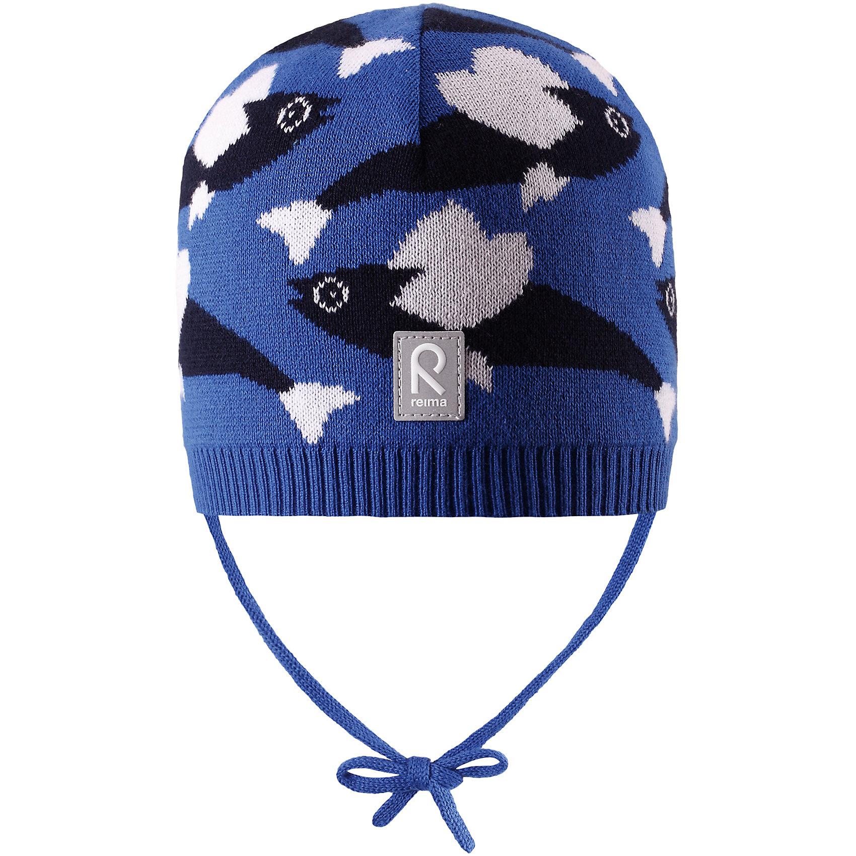 Шапка Harjus для мальчика ReimaШапки и шарфы<br>Характеристики товара:<br><br>• цвет: синий<br>• состав: 100% хлопок<br>• облегчённая модель без подкладки<br>• температурный режим: от +10С<br>• эластичный хлопковый трикотаж<br>• изделие сертифицированно по стандарту Oeko-Tex на продукцию класса 1 - одежда для новорождённых<br>• завязки во всех размерах<br>• эмблема Reima сзади<br>• сплошная жаккардовая узорная вязка<br>• страна бренда: Финляндия<br>• страна производства: Китай<br><br>Детский головной убор может быть модным и удобным одновременно! Стильная шапка поможет обеспечить ребенку комфорт и дополнить наряд.Шапка удобно сидит и аккуратно выглядит. Проста в уходе, долго служит. Стильный дизайн разрабатывался специально для детей. Отличная защита от дождя и ветра!<br><br>Уход:<br><br>• стирать по отдельности, вывернув наизнанку<br>• придать первоначальную форму вo влажном виде<br>• возможна усадка 5 %.<br><br>Шапку для мальчика от финского бренда Reima (Рейма) можно купить в нашем интернет-магазине.<br><br>Ширина мм: 89<br>Глубина мм: 117<br>Высота мм: 44<br>Вес г: 155<br>Цвет: синий<br>Возраст от месяцев: 6<br>Возраст до месяцев: 9<br>Пол: Мужской<br>Возраст: Детский<br>Размер: 46,52,50,48<br>SKU: 5270946