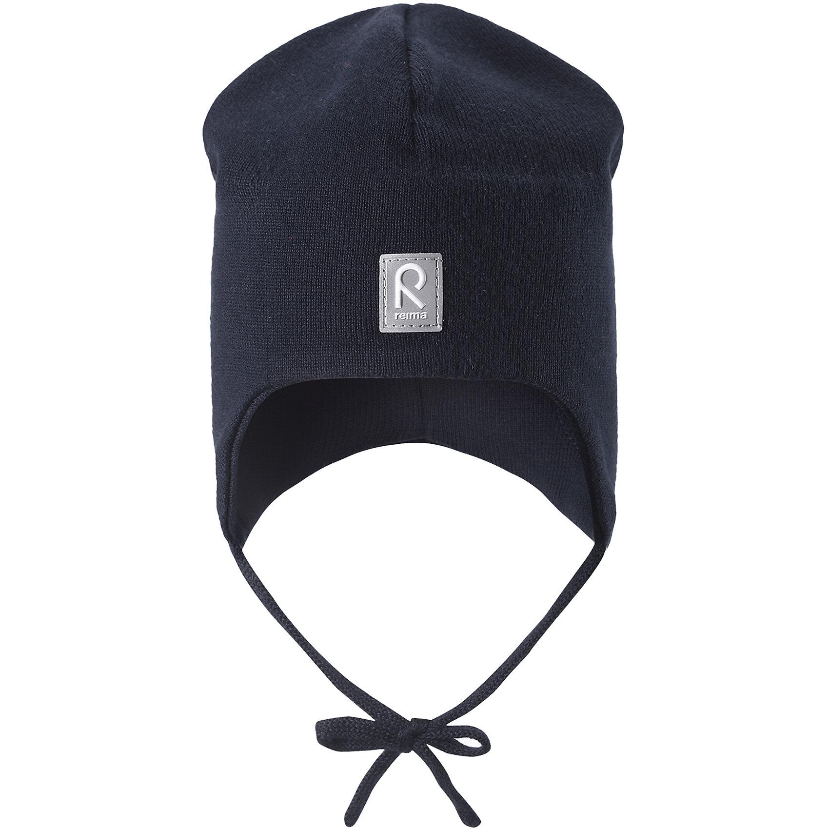 Шапка Aqueous для мальчика ReimaШапки и шарфы<br>Характеристики товара:<br><br>• цвет: тёмно-синий<br>• состав: 100% хлопок<br>• полуподкладка: хлопковый трикотаж<br>• температурный режим: от 0С до +10С<br>• эластичный хлопковый трикотаж<br>• инделие сертифицированно по стандарту Oeko-Tex на продукция класса 1 - одежда для новорождённых<br>• ветронепроницаемые вставки в области ушей<br>• завязки во всех размерах<br>• эмблема Reima спереди<br>• светоотражающие детали<br>• страна бренда: Финляндия<br>• страна производства: Китай<br><br>Детский головной убор может быть модным и удобным одновременно! Стильная шапка поможет обеспечить ребенку комфорт и дополнить наряд. Шапка удобно сидит и аккуратно выглядит. Проста в уходе, долго служит. Стильный дизайн разрабатывался специально для детей. Отличная защита от дождя и ветра!<br><br>Уход:<br><br>• стирать по отдельности, вывернув наизнанку<br>• придать первоначальную форму вo влажном виде<br>• возможна усадка 5 %.<br><br>Шапку от финского бренда Reima (Рейма) можно купить в нашем интернет-магазине.<br><br>Ширина мм: 89<br>Глубина мм: 117<br>Высота мм: 44<br>Вес г: 155<br>Цвет: синий<br>Возраст от месяцев: 6<br>Возраст до месяцев: 9<br>Пол: Мужской<br>Возраст: Детский<br>Размер: 46,48,52,50<br>SKU: 5271090