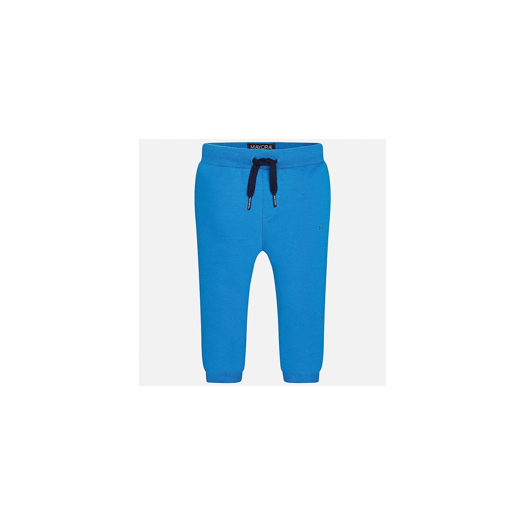 Брюки для мальчика MayoralДжинсы и брючки<br>Характеристики товара:<br><br>• цвет: голубой<br>• состав: 58% хлопок, 38% полиэстер, 4% эластан<br>• спортивный стиль<br>• манжеты<br>• карманы<br>• пояс - широкая резинка и шнурок<br>• страна бренда: Испания<br><br>Спортивные брюки для мальчика помогут обеспечить ребенку комфорт. Они отлично сочетаются с майками, футболками, куртками и т.д. Универсальный крой и цвет позволяет подобрать к вещи верх разных расцветок. Практичное и стильное изделие! В составе материала - натуральный хлопок, гипоаллергенный, приятный на ощупь, дышащий.<br><br>Одежда, обувь и аксессуары от испанского бренда Mayoral полюбились детям и взрослым по всему миру. Модели этой марки - стильные и удобные. Для их производства используются только безопасные, качественные материалы и фурнитура. Порадуйте ребенка модными и красивыми вещами от Mayoral! <br><br>Брюки для мальчика от испанского бренда Mayoral (Майорал) можно купить в нашем интернет-магазине.<br><br>Ширина мм: 215<br>Глубина мм: 88<br>Высота мм: 191<br>Вес г: 336<br>Цвет: синий<br>Возраст от месяцев: 12<br>Возраст до месяцев: 15<br>Пол: Мужской<br>Возраст: Детский<br>Размер: 80,92,86<br>SKU: 5278201