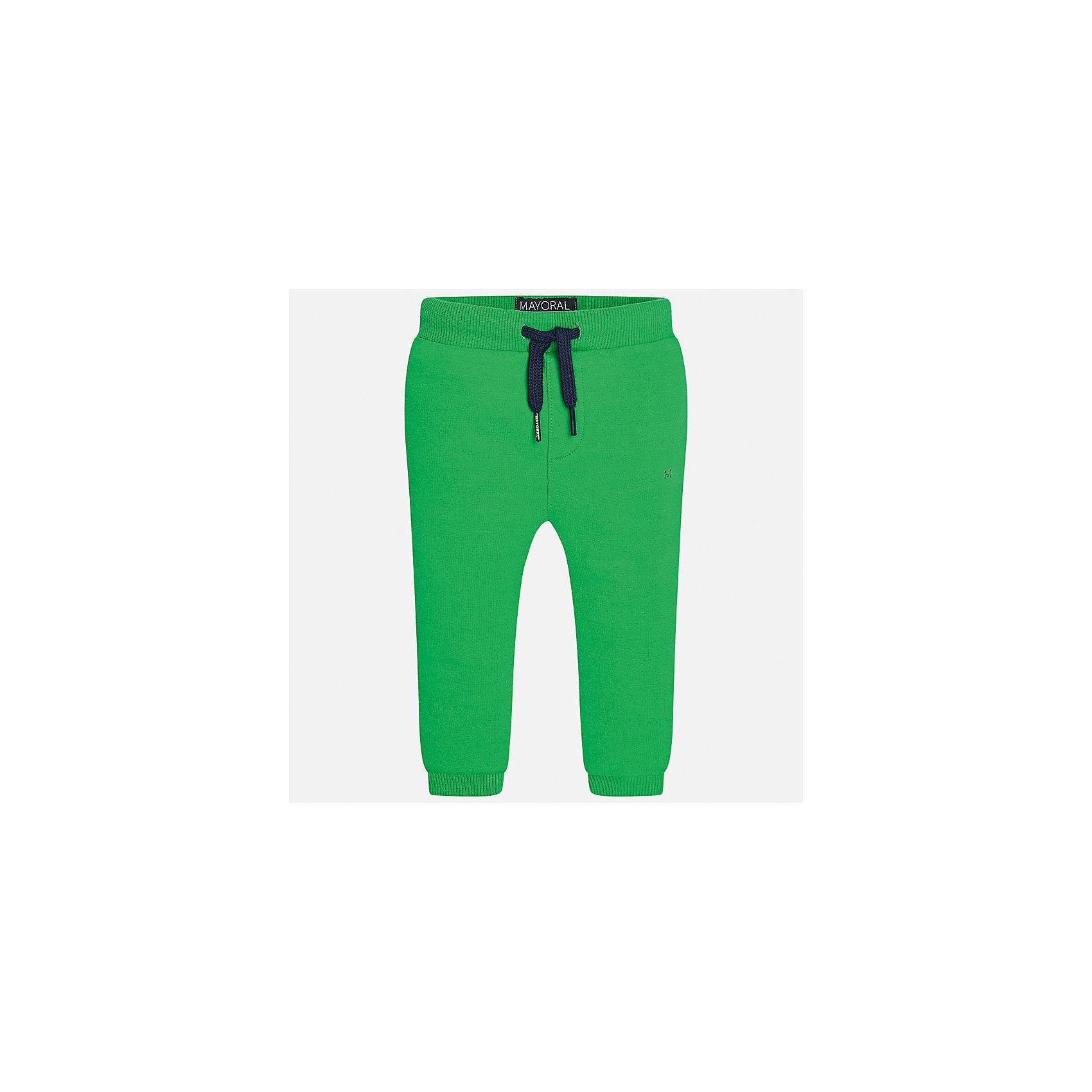 Брюки для мальчика MayoralДжинсы и брючки<br>Характеристики товара:<br><br>• цвет: зелёный<br>• состав: 58% хлопок, 38% полиэстер, 4% эластан<br>• спортивный стиль<br>• манжеты<br>• карманы<br>• пояс - широкая резинка и шнурок<br>• страна бренда: Испания<br><br>Спортивные брюки для мальчика помогут обеспечить ребенку комфорт. Они отлично сочетаются с майками, футболками, куртками и т.д. Универсальный крой и цвет позволяет подобрать к вещи верх разных расцветок. Практичное и стильное изделие! В составе материала - натуральный хлопок, гипоаллергенный, приятный на ощупь, дышащий.<br><br>Одежда, обувь и аксессуары от испанского бренда Mayoral полюбились детям и взрослым по всему миру. Модели этой марки - стильные и удобные. Для их производства используются только безопасные, качественные материалы и фурнитура. Порадуйте ребенка модными и красивыми вещами от Mayoral! <br><br>Брюки для мальчика от испанского бренда Mayoral (Майорал) можно купить в нашем интернет-магазине.<br><br>Ширина мм: 215<br>Глубина мм: 88<br>Высота мм: 191<br>Вес г: 336<br>Цвет: зеленый<br>Возраст от месяцев: 18<br>Возраст до месяцев: 24<br>Пол: Мужской<br>Возраст: Детский<br>Размер: 92,80,86<br>SKU: 5278205