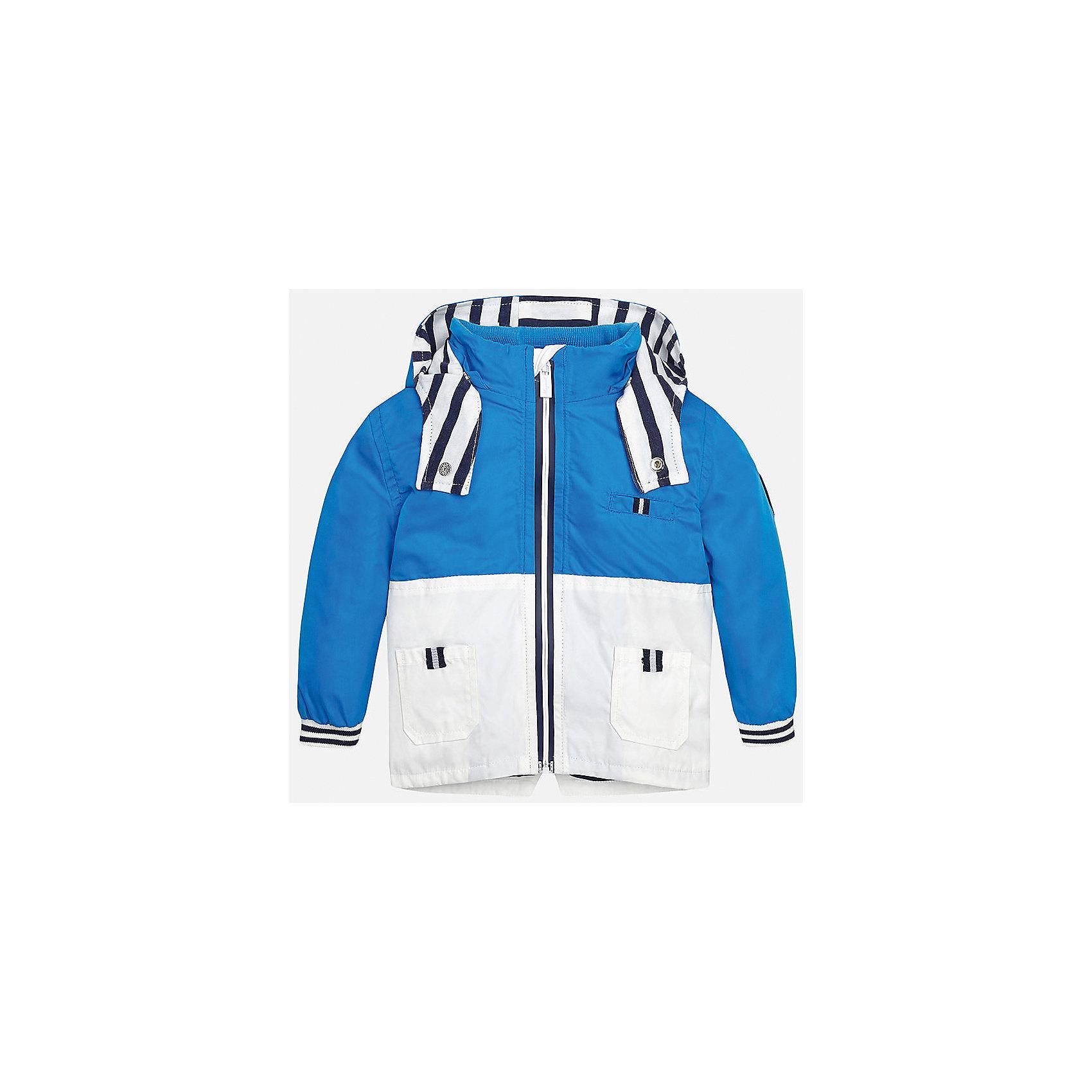 Ветровка для мальчика MayoralВерхняя одежда<br>Характеристики товара:<br><br>• цвет: голубой/белый<br>• состав: 100% полиэстер, подкладка - 65% полиэстер, 35% хлопок<br>• манжеты <br>• карманы<br>• молния<br>• капюшон<br>• страна бренда: Испания<br><br>Легкая ветровка для мальчика поможет разнообразить гардероб ребенка и обеспечить тепло в прохладную погоду. Она отлично сочетается и с джинсами, и с брюками. Универсальный цвет позволяет подобрать к вещи низ различных расцветок. Интересная отделка модели делает её нарядной и оригинальной. В составе материала подкладки - натуральный хлопок, гипоаллергенный, приятный на ощупь, дышащий.<br><br>Одежда, обувь и аксессуары от испанского бренда Mayoral полюбились детям и взрослым по всему миру. Модели этой марки - стильные и удобные. Для их производства используются только безопасные, качественные материалы и фурнитура. Порадуйте ребенка модными и красивыми вещами от Mayoral! <br><br>Ветровку для мальчика от испанского бренда Mayoral (Майорал) можно купить в нашем интернет-магазине.<br><br>Ширина мм: 356<br>Глубина мм: 10<br>Высота мм: 245<br>Вес г: 519<br>Цвет: синий<br>Возраст от месяцев: 18<br>Возраст до месяцев: 24<br>Пол: Мужской<br>Возраст: Детский<br>Размер: 92,80,86<br>SKU: 5279604