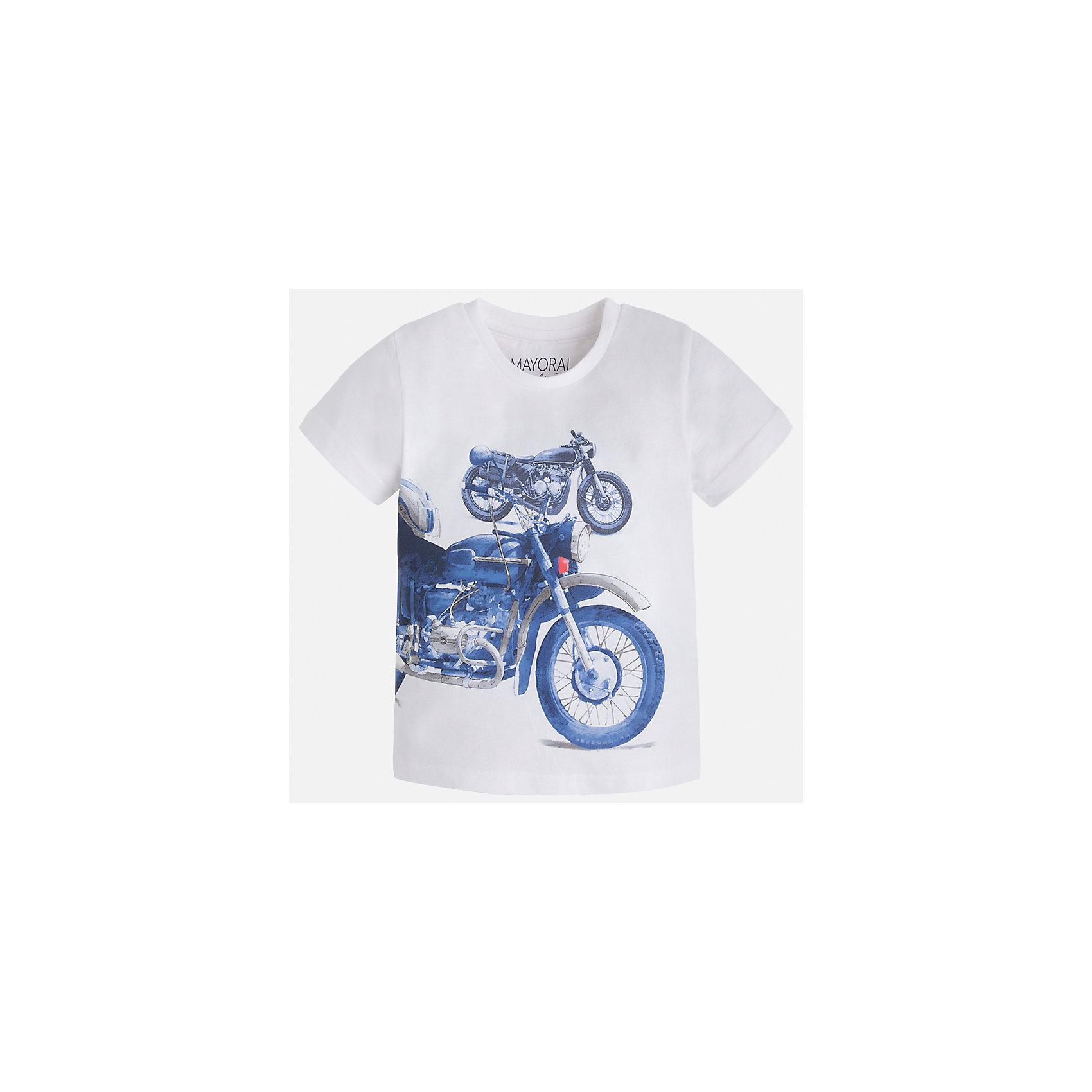 Футболка для мальчика MayoralФутболки, поло и топы<br>Характеристики товара:<br><br>• цвет: белый<br>• состав: 60% хлопок, 40% полиэстер<br>• круглый горловой вырез<br>• декорирована принтом<br>• короткие рукава<br>• отделка горловины<br>• страна бренда: Испания<br><br>Стильная удобная футболка с принтом поможет разнообразить гардероб мальчика. Она отлично сочетается с брюками, шортами, джинсами. Универсальный крой и цвет позволяет подобрать к вещи низ разных расцветок. Практичное и стильное изделие! Хорошо смотрится и комфортно сидит на детях. В составе материала - натуральный хлопок, гипоаллергенный, приятный на ощупь, дышащий. <br><br>Одежда, обувь и аксессуары от испанского бренда Mayoral полюбились детям и взрослым по всему миру. Модели этой марки - стильные и удобные. Для их производства используются только безопасные, качественные материалы и фурнитура. Порадуйте ребенка модными и красивыми вещами от Mayoral! <br><br>Футболку для мальчика от испанского бренда Mayoral (Майорал) можно купить в нашем интернет-магазине.<br><br>Ширина мм: 199<br>Глубина мм: 10<br>Высота мм: 161<br>Вес г: 151<br>Цвет: белый<br>Возраст от месяцев: 18<br>Возраст до месяцев: 24<br>Пол: Мужской<br>Возраст: Детский<br>Размер: 92,134,128,122,116,110,104,98<br>SKU: 5280074