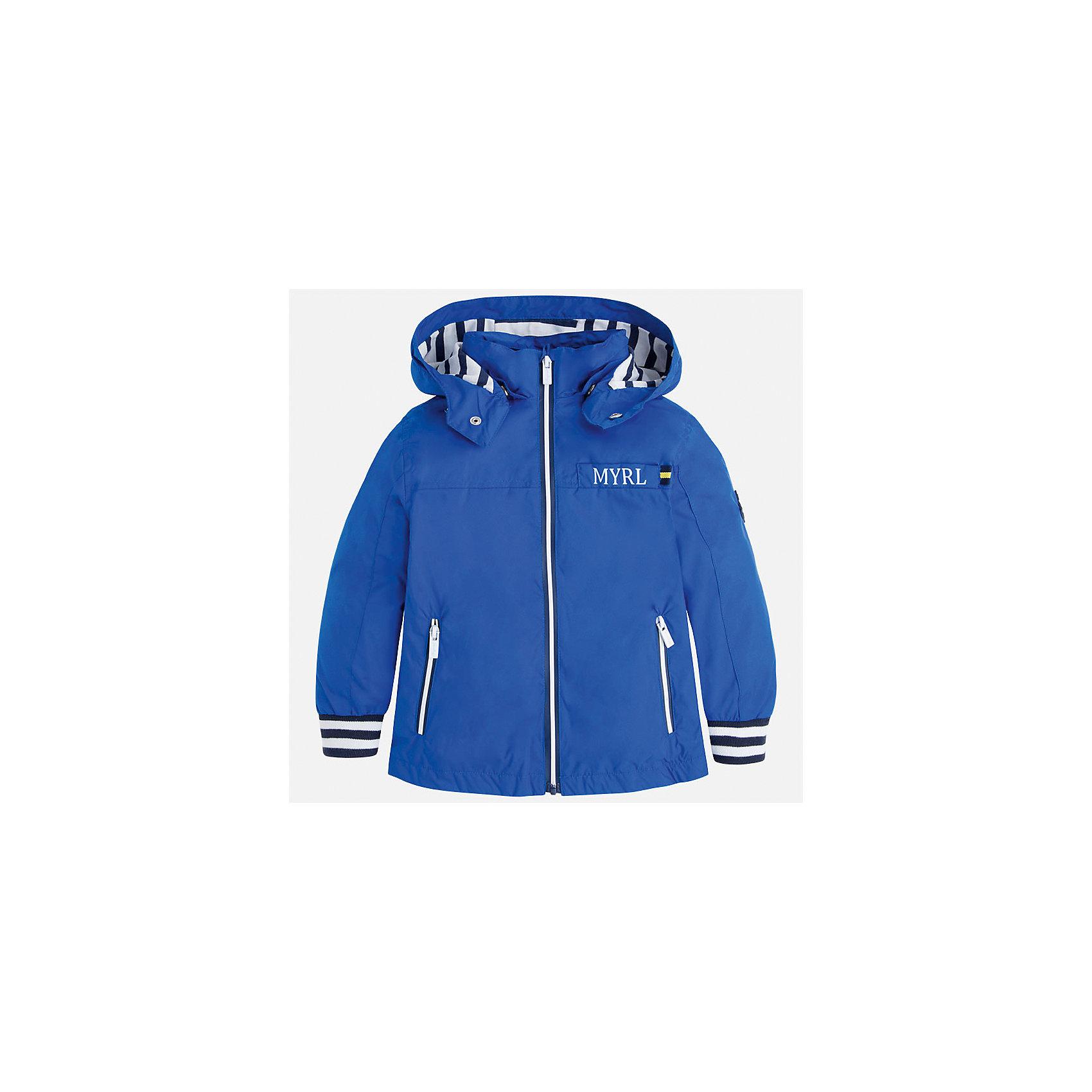 Ветровка для мальчика MayoralПолоска<br>Характеристики товара:<br><br>• цвет: голубой<br>• состав: 100% полиэстер, подкладка - 65% полиэстер, 35% хлопок<br>• температурный режим: от +20°до +10°С<br>• рукава длинные <br>• карманы<br>• молния <br>• капюшон<br>• страна бренда: Испания<br><br>Теплая одежда может быть очень стильной! Удобная и красивая ветровка для мальчика поможет разнообразить гардероб ребенка и обеспечить комфорт. Она отлично сочетается и с джинсами, и с брюками. Универсальный цвет позволяет подобрать к вещи низ различных расцветок. Интересная отделка модели делает её нарядной и оригинальной. В составе материала - натуральный хлопок, гипоаллергенный, приятный на ощупь, дышащий.<br><br>Одежда, обувь и аксессуары от испанского бренда Mayoral полюбились детям и взрослым по всему миру. Модели этой марки - стильные и удобные. Для их производства используются только безопасные, качественные материалы и фурнитура. Порадуйте ребенка модными и красивыми вещами от Mayoral! <br><br>Ветровку для мальчика от испанского бренда Mayoral (Майорал) можно купить в нашем интернет-магазине.<br><br>Ширина мм: 356<br>Глубина мм: 10<br>Высота мм: 245<br>Вес г: 519<br>Цвет: голубой<br>Возраст от месяцев: 60<br>Возраст до месяцев: 72<br>Пол: Мужской<br>Возраст: Детский<br>Размер: 116,122,104,98,92,110,134,128<br>SKU: 5280711