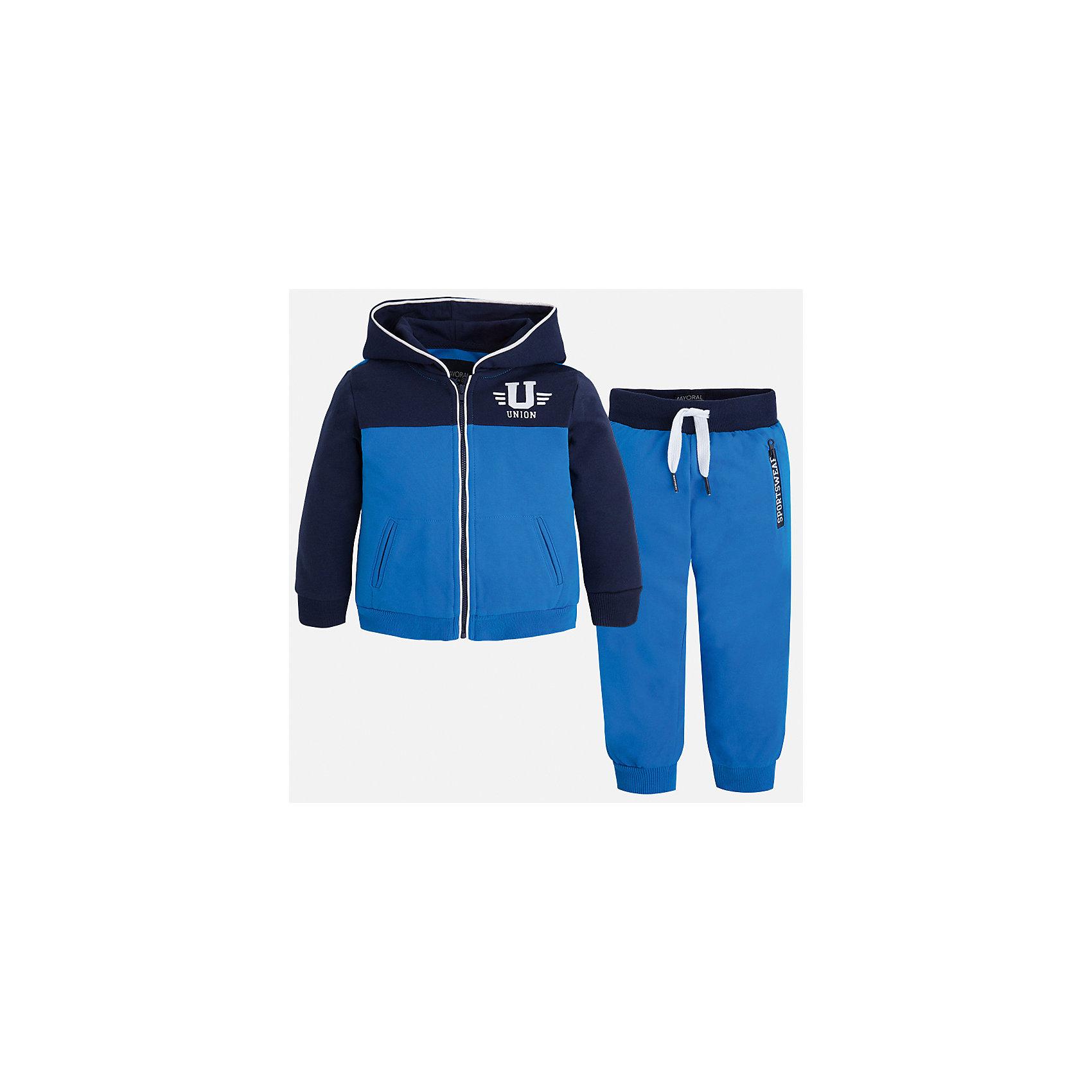 Спортивный костюм для мальчика MayoralКомплекты<br>Характеристики товара:<br><br>• цвет: синий<br>• состав: 60% хлопок, 40% полиэстер<br>• комплектация: курточка, штаны<br>• куртка декорирована принтом<br>• карманы<br>• капюшон<br>• штаны - пояс на шнурке<br>• манжеты<br>• страна бренда: Испания<br><br>Стильный качественный спортивный костюм для мальчика поможет разнообразить гардероб ребенка и удобно одеться. Курточка и штаны отлично сочетаются с другими предметами. Универсальный цвет позволяет подобрать к вещам верхнюю одежду практически любой расцветки. Интересная отделка модели делает её нарядной и оригинальной. В составе материала - натуральный хлопок, гипоаллергенный, приятный на ощупь, дышащий.<br><br>Одежда, обувь и аксессуары от испанского бренда Mayoral полюбились детям и взрослым по всему миру. Модели этой марки - стильные и удобные. Для их производства используются только безопасные, качественные материалы и фурнитура. Порадуйте ребенка модными и красивыми вещами от Mayoral! <br><br>Спортивный костюм для мальчика от испанского бренда Mayoral (Майорал) можно купить в нашем интернет-магазине.<br><br>Ширина мм: 247<br>Глубина мм: 16<br>Высота мм: 140<br>Вес г: 225<br>Цвет: синий<br>Возраст от месяцев: 18<br>Возраст до месяцев: 24<br>Пол: Мужской<br>Возраст: Детский<br>Размер: 92,116,110,122,98,134,104,128<br>SKU: 5281171