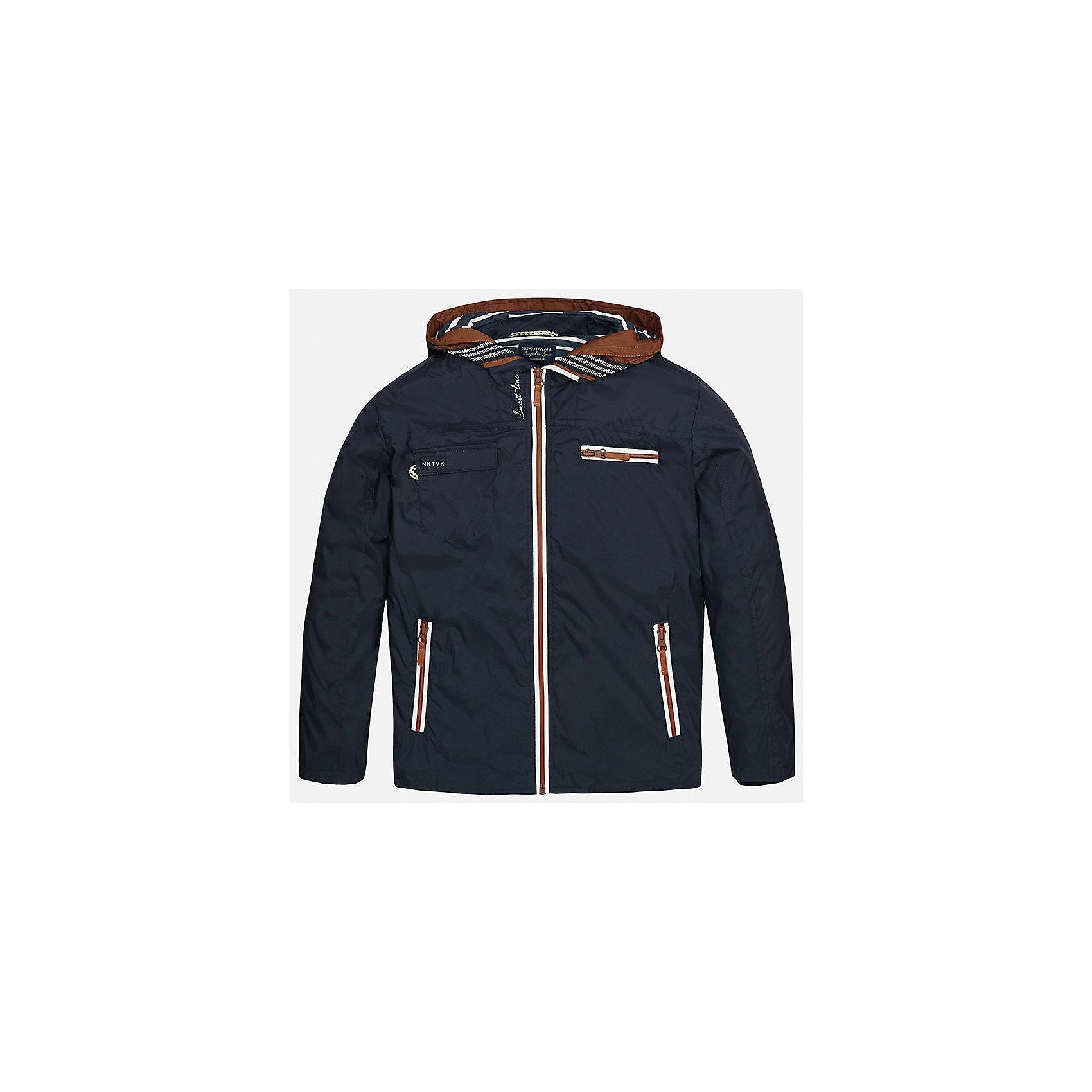 Ветровка для мальчика MayoralВерхняя одежда<br>Характеристики товара:<br><br>• цвет: синий<br>• состав: 100% полиэстер, подкладка - 35% хлопок, 65% полиэстер<br>• капюшон<br>• карманы<br>• застежка: молния<br>• вышивка<br>• страна бренда: Испания<br><br>Модная куртка для мальчика может стать базовой вещью в гардеробе ребенка. Она отлично сочетается с майками, футболками, рубашками и т.д. Универсальный крой и цвет позволяет подобрать к вещи низ разных расцветок. Практичное и стильное изделие! В составе материала - натуральный хлопок, гипоаллергенный, приятный на ощупь, дышащий.<br><br>Одежда, обувь и аксессуары от испанского бренда Mayoral полюбились детям и взрослым по всему миру. Модели этой марки - стильные и удобные. Для их производства используются только безопасные, качественные материалы и фурнитура. Порадуйте ребенка модными и красивыми вещами от Mayoral! <br><br>Ветровку для мальчика от испанского бренда Mayoral (Майорал) можно купить в нашем интернет-магазине.<br><br>Ширина мм: 356<br>Глубина мм: 10<br>Высота мм: 245<br>Вес г: 519<br>Цвет: синий<br>Возраст от месяцев: 84<br>Возраст до месяцев: 96<br>Пол: Мужской<br>Возраст: Детский<br>Размер: 128/134,170,158,164,152,140<br>SKU: 5281996