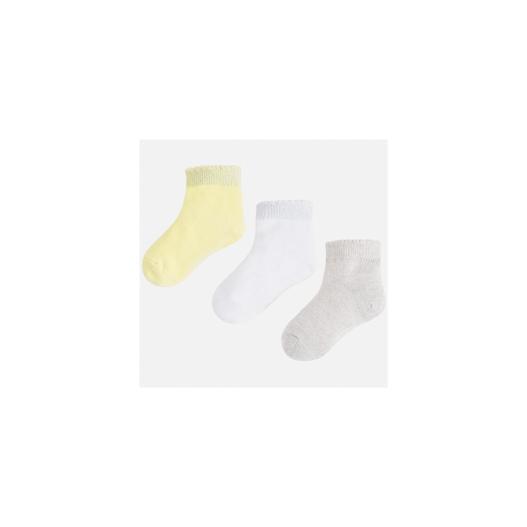 Носки (3 пары) для девочки MayoralНоски<br>Характеристики товара:<br><br>• цвет: жёлтый/белый/серый<br>• состав: 72% хлопок, 20% полиэстер, 17% металлизированная нить, 3% эластан<br>• комплектация: три пары<br>• мягкая широкая резинка<br>• эластичный материал<br>• однотонные<br>• страна бренда: Испания<br><br>Удобные симпатичные носки для девочки помогут обеспечить ребенку комфорт и дополнить наряд. Универсальный цвет позволяет надевать их под обувь разных расцветок. Носки удобно сидят на ноге и аккуратно смотрятся. В составе материала - натуральный хлопок, гипоаллергенный, приятный на ощупь, дышащий. <br><br>Одежда, обувь и аксессуары от испанского бренда Mayoral полюбились детям и взрослым по всему миру. Модели этой марки - стильные и удобные. Для их производства используются только безопасные, качественные материалы и фурнитура. Порадуйте ребенка модными и красивыми вещами от Mayoral! <br><br>Носки (3 пары) для девочки от испанского бренда Mayoral (Майорал) можно купить в нашем интернет-магазине.<br><br>Ширина мм: 87<br>Глубина мм: 10<br>Высота мм: 105<br>Вес г: 115<br>Цвет: желтый<br>Возраст от месяцев: 84<br>Возраст до месяцев: 96<br>Пол: Женский<br>Возраст: Детский<br>Размер: 8,2,4,6<br>SKU: 5293499