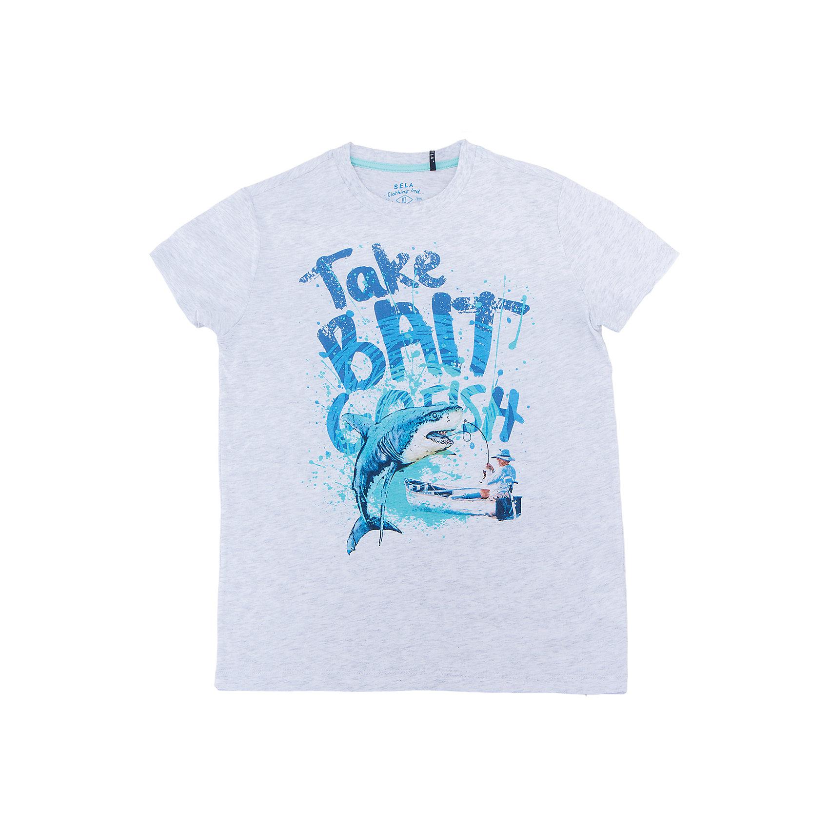 Футболка для мальчика SELAФутболки, поло и топы<br>Характеристики товара:<br><br>• цвет: серый<br>• состав: 100% хлопок<br>• принт<br>• короткие рукава<br>• округлый горловой вырез<br>• страна бренда: Российская Федерация<br><br>В новой коллекции SELA отличные модели одежды! Эта футболка для мальчика поможет разнообразить гардероб ребенка и обеспечить комфорт. Она отлично сочетается с джинсами и брюками. Удобная базовая вещь!<br><br>Футболку для мальчика от популярного бренда SELA (СЕЛА) можно купить в нашем интернет-магазине.<br><br>Ширина мм: 230<br>Глубина мм: 40<br>Высота мм: 220<br>Вес г: 250<br>Цвет: серый<br>Возраст от месяцев: 96<br>Возраст до месяцев: 108<br>Пол: Мужской<br>Возраст: Детский<br>Размер: 134,140,146,152,122,128<br>SKU: 5304088