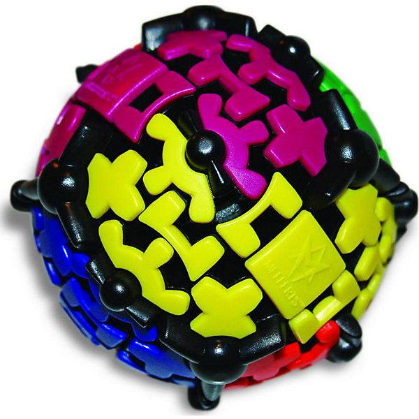 Шестеренчатый Шар Gear Ball, MeffertsОбъёмные головоломки<br>Шестеренчатый Шар Gear Ball, Mefferts.<br><br>Характеристики:<br><br>- Диаметр шара: 8,5 см.<br>- Материал: пластик<br>- Автор: знаменитый изобретатель Oskar van Deventer, при участии Uwe Meffert<br>- Награда: Медаль Best Vacation Toy 2013 (Лучшая игрушка для отпуска) от Dr.Toy, США<br><br>Шестеренчатый Шар Gear Ball, Mefferts – это невероятно интересная и увлекательная головоломка. Задача состоит в том, чтобы собрать каждый из 6 цветов на своей стороне шара, научившись справляться с упрямыми шестеренками. Шестеренчатый Шар очень подвижный и завораживающий своими плавными движениями. Все элементы, кроме 6 разноцветных квадратов, задействованы в шестеренчатом механизме, захватившем поверхность головоломки. В результате, любой поворот вызывает движение сразу на нескольких плоскостях шара, создавая хаос, которым нужно научиться управлять, прикатывая зубчатые элементы к квадрату соответствующего цвета. Механика игры немного напоминает кубик Рубика, но ее сложность значительно меньше. Головоломка «Шестеренчатый Шар Gear Bal» произведет впечатление на любого человека, а для коллекционера головоломок станет настоящей жемчужиной. Головоломка изготовлена из качественного пластика, прослужит долго и сохранит превосходный внешний вид даже через много лет.<br><br>Шестеренчатый Шар Gear Ball, Mefferts можно купить в нашем интернет-магазине.<br><br>Ширина мм: 105<br>Глубина мм: 110<br>Высота мм: 130<br>Вес г: 400<br>Возраст от месяцев: 84<br>Возраст до месяцев: 2147483647<br>Пол: Унисекс<br>Возраст: Детский<br>SKU: 5348108