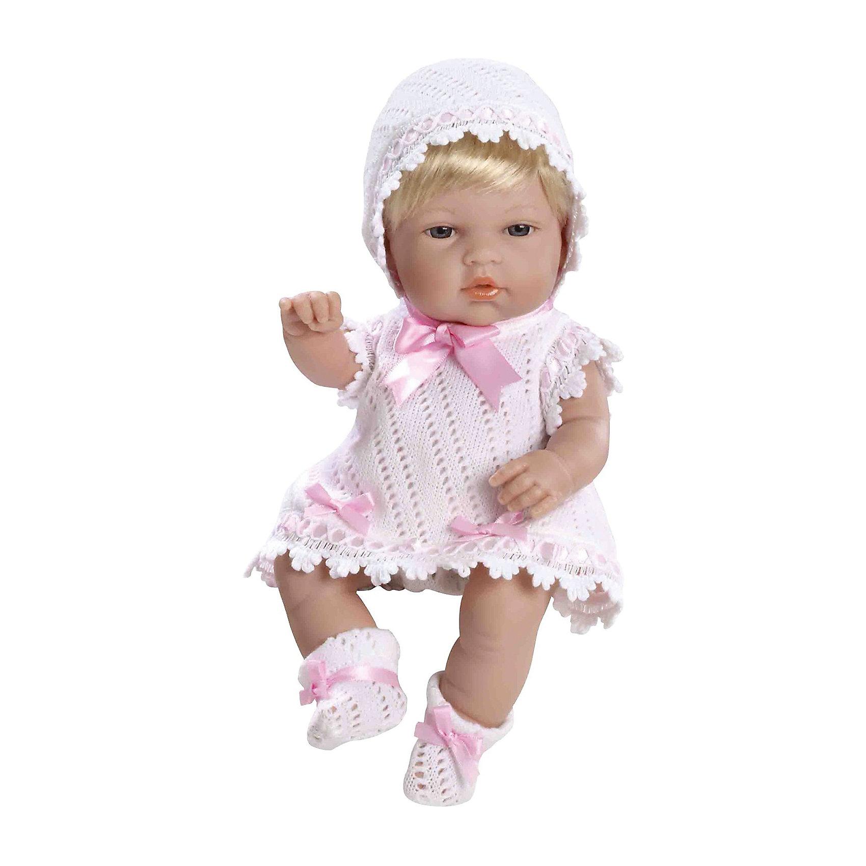 Пупс Блондинка, в белом с розовыми цветами, 33см, AriasКуклы-пупсы<br>Характеристики:<br><br>• Вид игр: сюжетно-ролевые<br>• Пол: для девочек<br>• Коллекция: Elegance<br>• Материал: винил, текстиль, нейлон<br>• Длина пупса: 33 см<br>• Комплектация: пупс, платье, чепчик, пинетки<br>• Подвижные ручки и ножки <br>• Вес в упаковке: 1 кг 650 г<br>• Размеры упаковки (Г*Ш*В): 41*14*24 см<br>• Упаковка: картонная коробка<br>• Особенности ухода: куклу можно купать, одежда – ручная стирка<br><br>Пупс Блондинка, в белом с розовыми цветами, 33см, Arias изготовлен известным испанским торговым предприятием Munecas, который специализируется на выпуске кукол и пупсов. Пупсы и куклы Arias с высокой степенью достоверности повторяют облик маленьких детей, благодаря мельчайшим деталям внешнего вида и одежды игрушки выглядят мило и очаровательно. Пупс выполнен из винила, у него подвижные ручки и ножки, короткие светлые волосы, четко прорисованные глаза и брови, курносый носик и пухленькие губки. Малышка одета в вязаное ажурной вязкой платье белого цвета, пинетки и чепчик. Все детали гардероба декорированы розовыми атласными ленточками. Пупс Блондинка, в белом с розовыми цветами, 33см, Arias станет идеальным подарком для девочки к любому празднику.<br><br>Пупса Блондинку, в белом с розовыми цветами, 33см, Arias можно купить в нашем интернет-магазине.<br><br>Ширина мм: 405<br>Глубина мм: 140<br>Высота мм: 240<br>Вес г: 1075<br>Возраст от месяцев: 36<br>Возраст до месяцев: 120<br>Пол: Женский<br>Возраст: Детский<br>SKU: 5355545