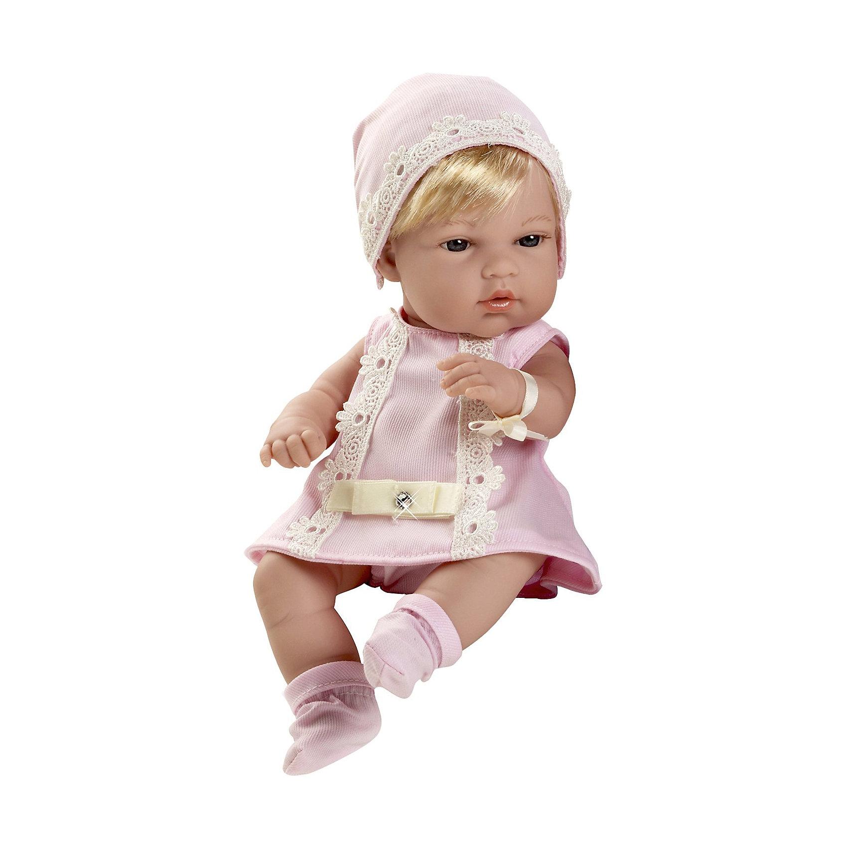 Пупс-блондинка в розовом платьице со стразами Swarowski, 33см, AriasКуклы-пупсы<br>Характеристики:<br><br>• Вид игр: сюжетно-ролевые<br>• Пол: для девочек<br>• Коллекция: Elegance<br>• Материал: винил, текстиль, нейлон<br>• Длина пупса: 33 см<br>• Комплектация: кукла, платье, пинетки, шапочка<br>• Подвижные ручки и ножки <br>• Вес в упаковке: 850 г<br>• Размеры упаковки (Г*Ш*В): 35*12*20 см<br>• Упаковка: картонная коробка<br>• Особенности ухода: куклу можно купать, одежда – ручная стирка<br><br>Пупс-блондинка в розовом платьице со стразами Swarowski, 33см, Arias изготовлен известным испанским торговым предприятием Munecas, который специализируется на выпуске кукол и пупсов. Пупсы и куклы Arias с высокой степенью достоверности повторяют облик маленьких детей, благодаря мельчайшим деталям внешнего вида и одежды игрушки выглядят мило и очаровательно. Кукла выполнена из винила, у нее подвижные ручки и ножки, короткие светлые волосы, четко прорисованные глаза и брови, курносый носик и пухленькие губки. Малышка одета в легкое розовое платье, декорированное кружевом и стразами. На ножках у нее розовые пинетки, на голове – шапочка. Пупс-блондинка в розовом платьице со стразами Swarowski, 33см, Arias идеальным подарком для девочки к любому празднику.<br><br>Куклу-блондинку, в голубом платье с бантом, 33см, Arias можно купить в нашем интернет-магазине.<br><br>Ширина мм: 200<br>Глубина мм: 350<br>Высота мм: 120<br>Вес г: 958<br>Возраст от месяцев: 36<br>Возраст до месяцев: 120<br>Пол: Женский<br>Возраст: Детский<br>SKU: 5355552