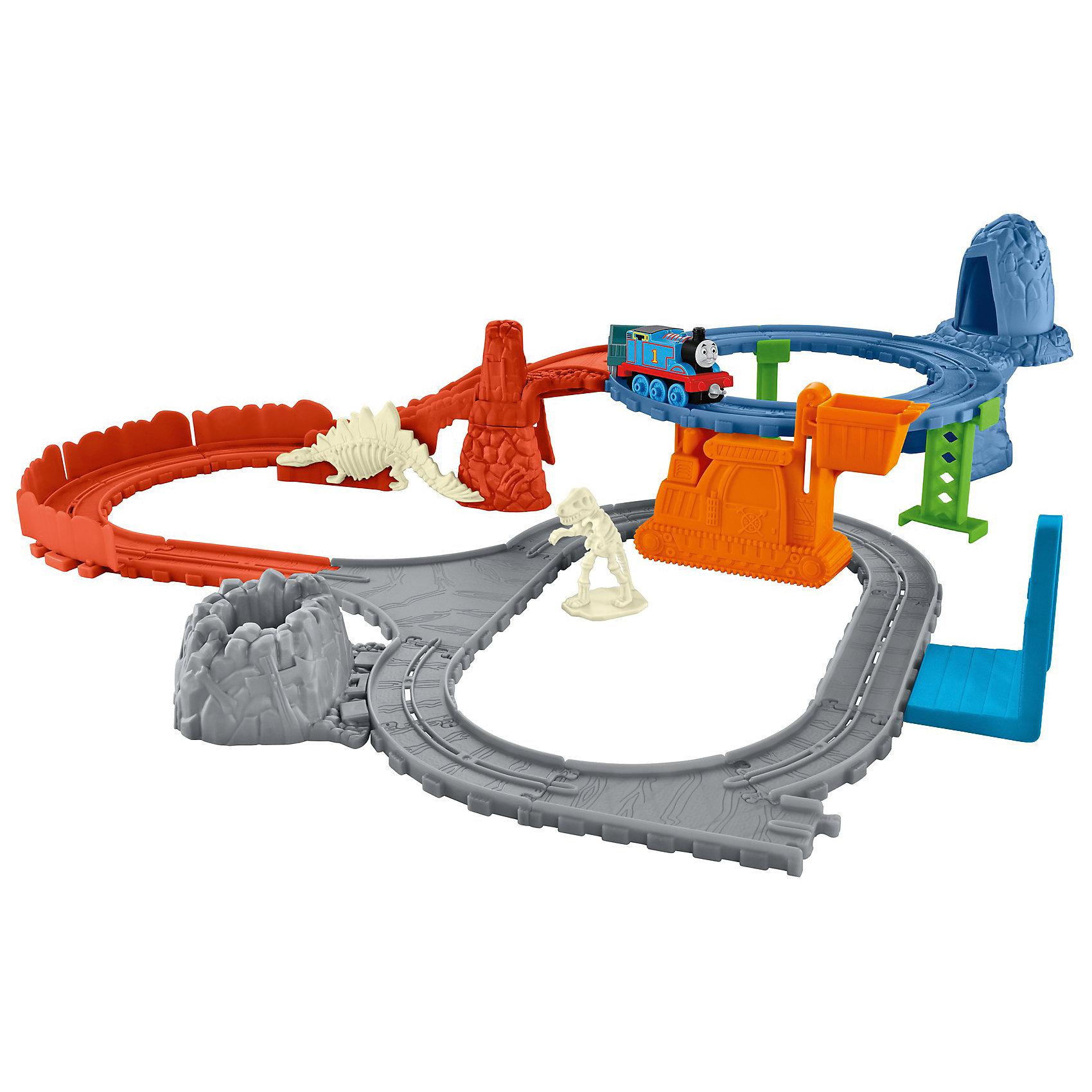 Игровой набор Раскопки динозавров, Томас и его друзьяПопулярные игрушки<br>Игровой набор Раскопки динозавров, Томас и его друзья.<br><br>Характеристики:<br><br>• В наборе: паровоз, вагон, детали для сборки железной дороги, динозавр (требуется сборка), кратер<br>• Материал: пластик<br>• Упаковка: картонная коробка<br>• Размер упаковки: 40х28х7 см.<br><br>В наборе железной дороги Раскопки динозавров Томасу нужно найти все ископаемые части скелета динозавра и доставить их в музей. Томас начинает поиски в районе верхнего кольца и находит кости древних ящеров в пещере. Сложите их в ковш крана, и спустите вниз. Когда Томас едет к другой стороне кольца, происходит обвал и обнаруживается череп динозавра! <br><br>Положите череп в грузовой вагон. Последние окаменелости находятся в кратере внизу. Томас отвозит кости в музей, где из них собирают скелет динозавра! Будет трудно, но Томас справится с этой задачей! Набор подарит вашему малышу множества веселых моментов и увлекательные возможности для игры. Все элементы набора выполнены из высококачественного пластика и покрыты нетоксичными красками.<br><br>Игровой набор Раскопки динозавров, Томас и его друзья можно купить в нашем интернет-магазине.<br><br>Ширина мм: 405<br>Глубина мм: 65<br>Высота мм: 280<br>Вес г: 781<br>Возраст от месяцев: 36<br>Возраст до месяцев: 120<br>Пол: Мужской<br>Возраст: Детский<br>SKU: 5378281