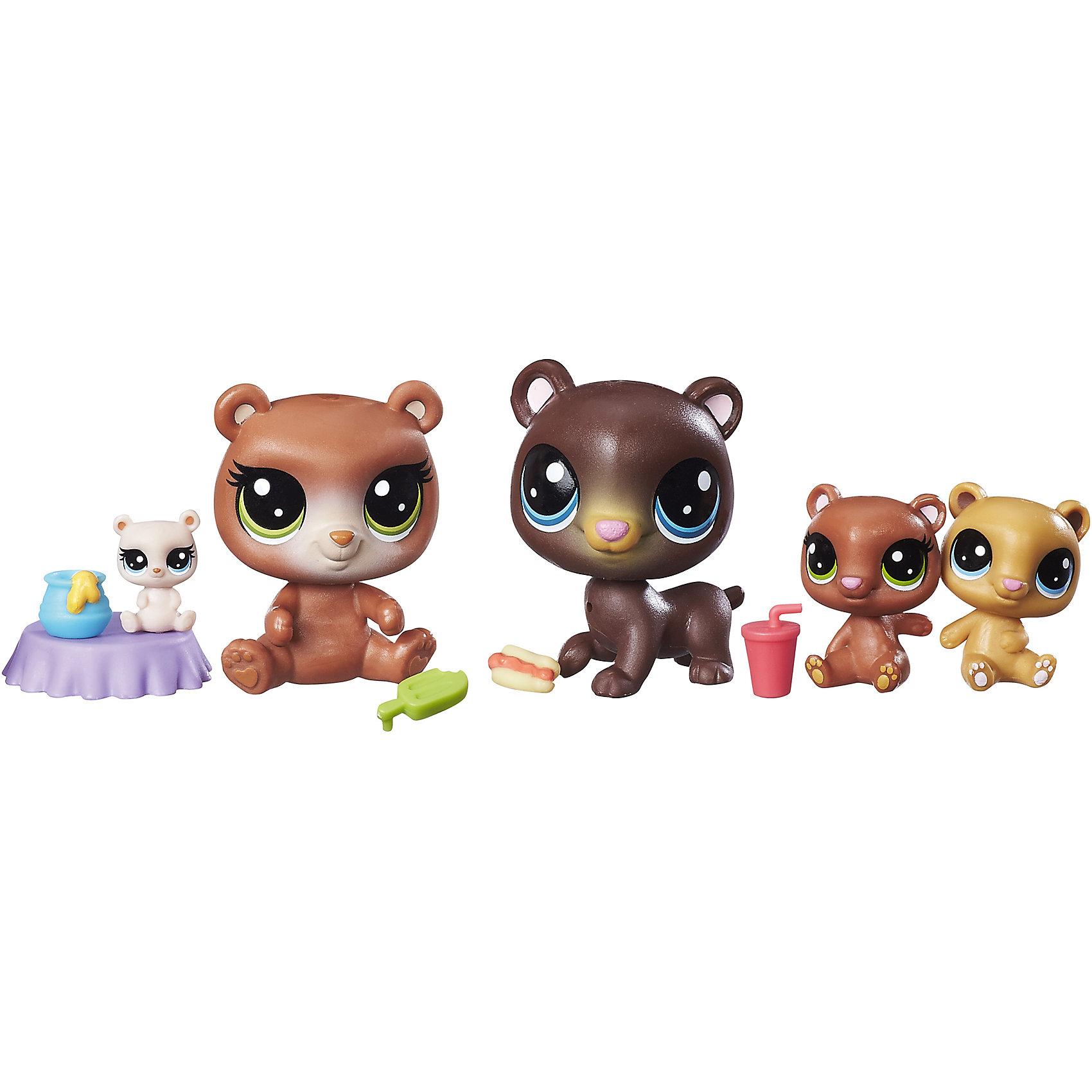 Мини-набор зверюшек, Littlest Pet ShopЛюбимые герои<br>Мини-набор зверюшек, Littlest Pet Shop<br><br>Характеристики:<br><br>- в набор входит: 2 стандартных питомца, 3 мини-питомца<br>- высота стандартного питомца: 5 см.<br>- состав: пластик<br>- для детей в возрасте: от 4 до 10 лет<br>- Страна производитель: Китай<br><br>Знаменитые питомцы Littlest Pet Shop (Литтлест Пэт Шоп) от известного американского бренда товаров для детей Hasbro (Хасбро) получили новый набор с семьей медведей! Бурые мама и папа медведи со своими тремя очаровательными медвежатами приведут в восторг всех любителей мишек. Медведь и медведица представлены в стандартном размере питомцев. Игривые медвежата разных оттенков коричневого выглядят особенно мило благодаря своим большим отлично прорисованным глазкам. Самый маленький медвежонок сидит на небольшом столике с медом. В набор входят небольшие аксессуары в виде еды, которую очень любят мишки. <br><br>Соберите всех питомцев из Littlest Pet Shop (Литтлест Пэт Шоп) и никогда с ними не расставайтесь! Набор отлично подойдет как для игры дома, так и для игр в поездке. Все детали изготовлены из высококачественного пластика. Играя с этим набором ребенок сможет развивать социальные навыки, развивать воображение и творческие способности. <br><br>Мини-набор зверюшек, Littlest Pet Shop можно купить в нашем интернет-магазине.<br><br>Ширина мм: 38<br>Глубина мм: 216<br>Высота мм: 203<br>Вес г: 160<br>Возраст от месяцев: 48<br>Возраст до месяцев: 120<br>Пол: Женский<br>Возраст: Детский<br>SKU: 5385709