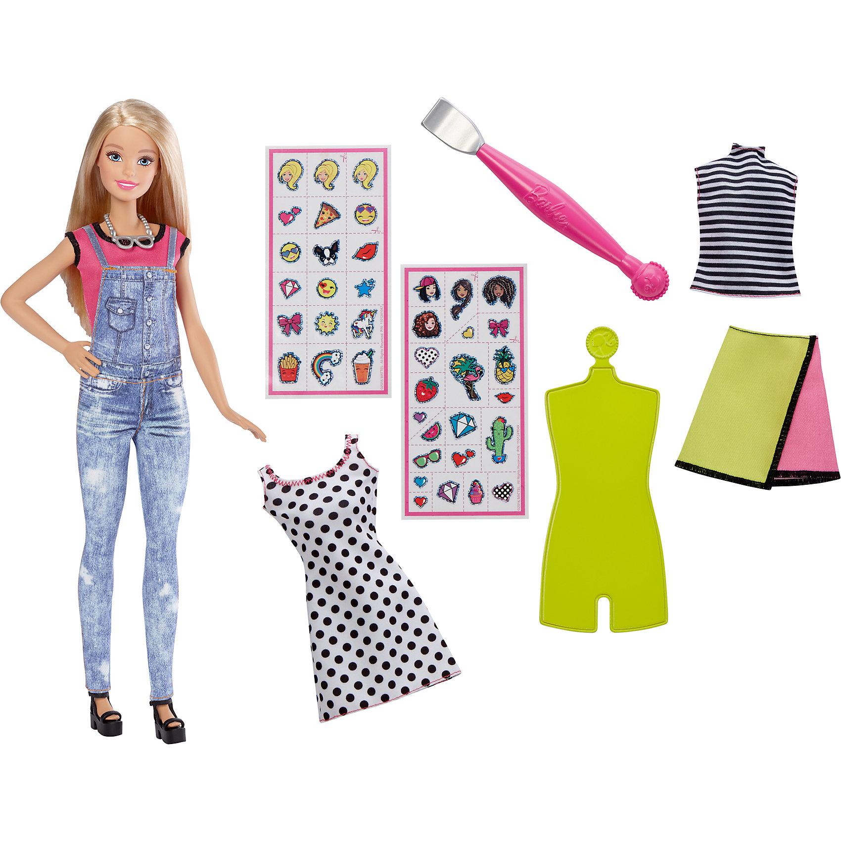Игровой набор «EMOJI», BarbieПопулярные игрушки<br>Характеристики товара:<br><br>• комплектация: кукла, одежда, аксессуары, наклейки<br>• материал: пластик, текстиль<br>• серия: EMOJI<br>• руки, ноги гнутся<br>• высота куклы: 29 см<br>• возраст: от трех лет<br>• размер упаковки: 23x6x33 см<br>• вес: 0,3 кг<br>• страна бренда: США<br><br>Невероятно модный образ куклы порадует маленьких любительниц стильных и необычных нарядов. Стильный наряд куклы дополняет дополнительный набор одежды. обувь и аксессуары. Длинные волосы позволяют делать разнообразные прически! С помощью наклеек из набора одежду можно украшать разными принтами. Игровой набор «EMOJI» станет великолепным подарком для девочек, которые следят за модными тенденциями.<br><br>Такие куклы помогают развить у девочек вкус и чувство стиля, отработать сценарии поведения в обществе, развить воображение и мелкую моторику. Барби от бренда Mattel не перестает быть популярной! <br><br>Игровой набор «EMOJI», Barbie, от компании Mattel можно купить в нашем интернет-магазине.<br><br>Ширина мм: 329<br>Глубина мм: 229<br>Высота мм: 60<br>Вес г: 280<br>Возраст от месяцев: 36<br>Возраст до месяцев: 72<br>Пол: Женский<br>Возраст: Детский<br>SKU: 5389667