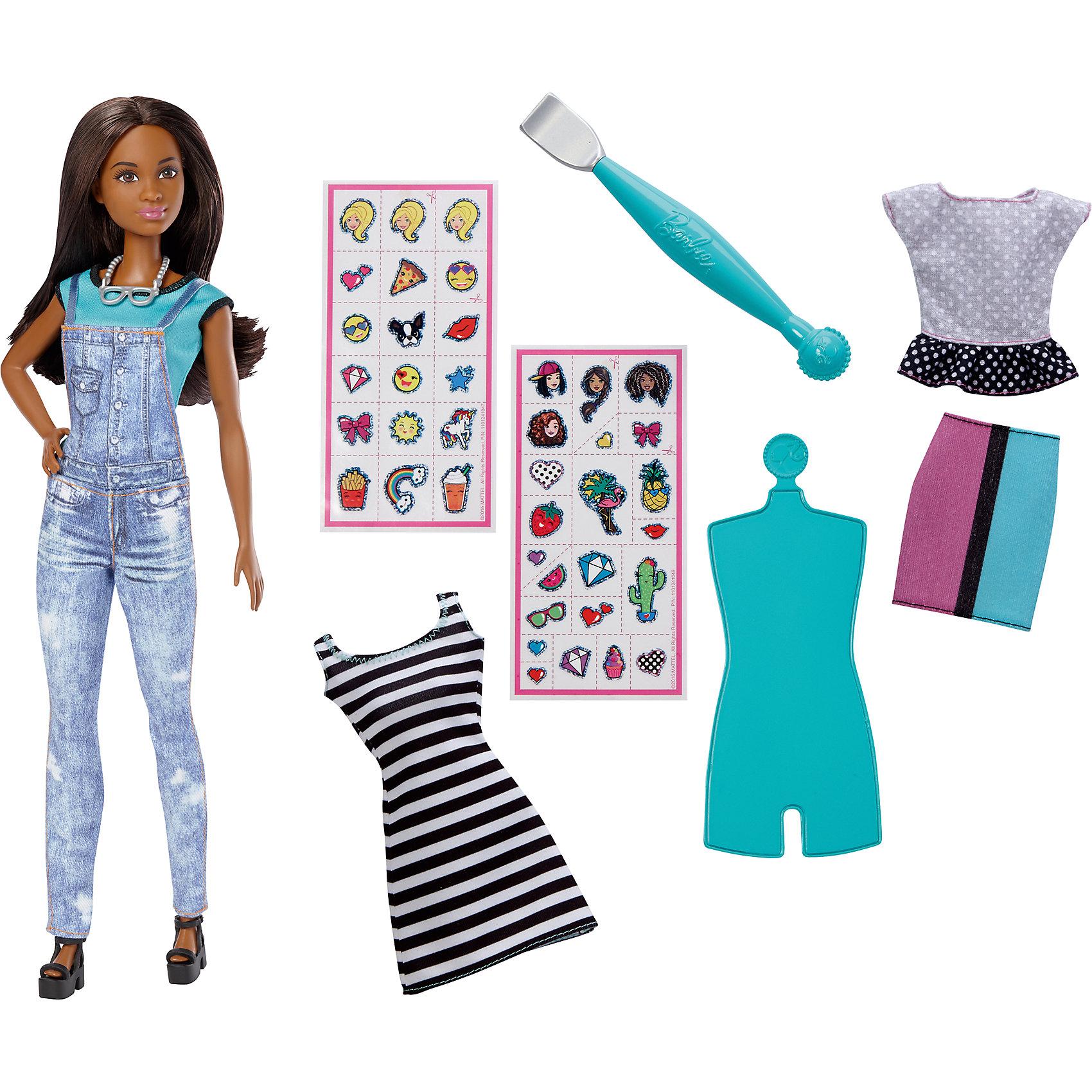 Игровой набор «EMOJI», BarbieBarbie Игрушки<br>Характеристики товара:<br><br>• комплектация: кукла, одежда, аксессуары, наклейки<br>• материал: пластик, текстиль<br>• серия: EMOJI<br>• руки, ноги гнутся<br>• высота куклы: 29 см<br>• возраст: от трех лет<br>• размер упаковки: 23x6x33 см<br>• вес: 0,3 кг<br>• страна бренда: США<br><br>Невероятно модный образ куклы порадует маленьких любительниц стильных и необычных нарядов. Стильный наряд куклы дополняет дополнительный набор одежды. обувь и аксессуары. Длинные волосы позволяют делать разнообразные прически! С помощью наклеек из набора одежду можно украшать разными принтами. Игровой набор «EMOJI» станет великолепным подарком для девочек, которые следят за модными тенденциями.<br><br>Такие куклы помогают развить у девочек вкус и чувство стиля, отработать сценарии поведения в обществе, развить воображение и мелкую моторику. Барби от бренда Mattel не перестает быть популярной! <br><br>Игровой набор «EMOJI», Barbie, от компании Mattel можно купить в нашем интернет-магазине.<br><br>Ширина мм: 230<br>Глубина мм: 60<br>Высота мм: 330<br>Вес г: 281<br>Возраст от месяцев: 60<br>Возраст до месяцев: 120<br>Пол: Женский<br>Возраст: Детский<br>SKU: 5389668