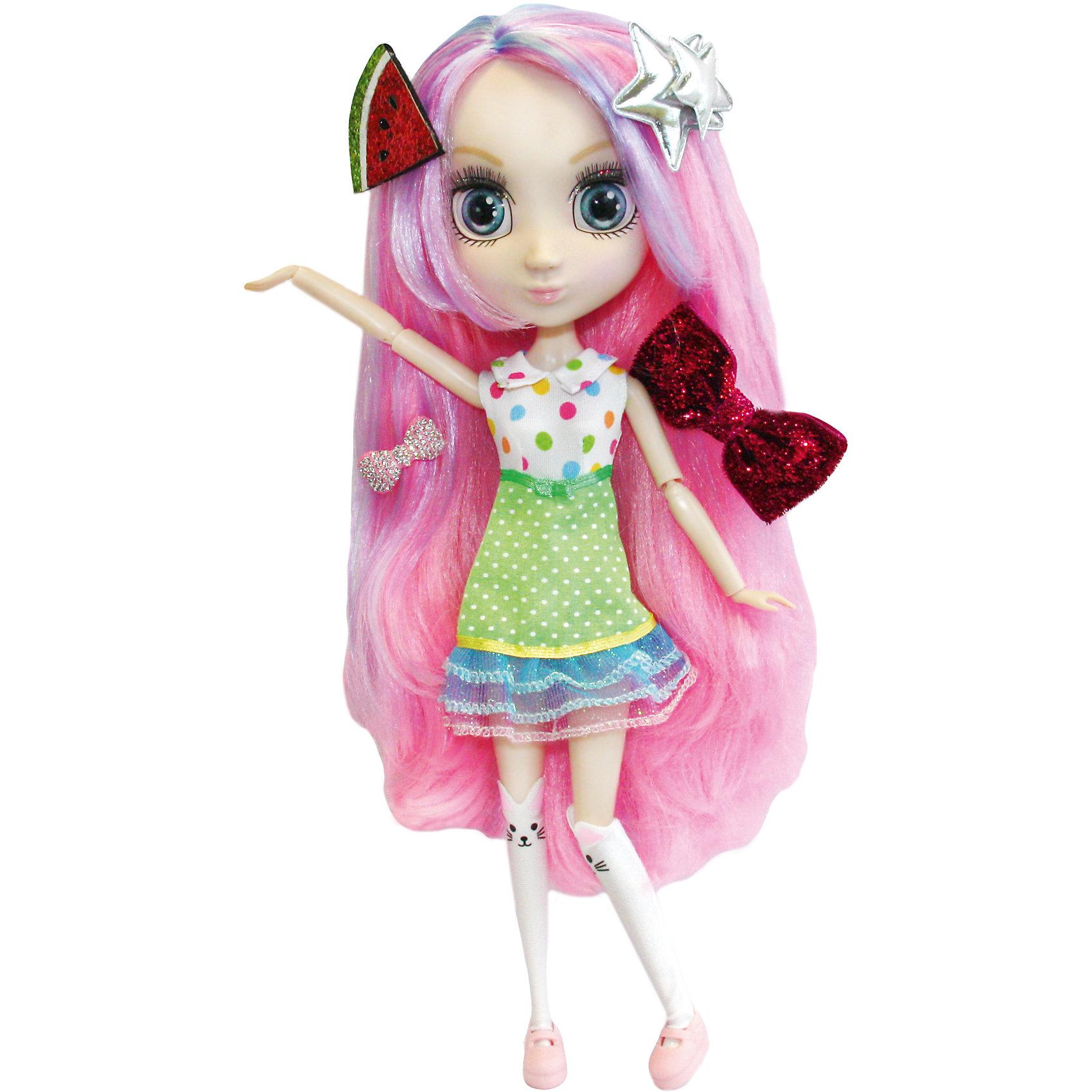 Кукла Сури, 33см, Шибадзуку ГерлзБренды кукол<br>Кукла Сури, 33см, Шибадзуку Герлз<br><br>Характеристики:<br><br>• модная кукла с реалистичными глазами<br>• длинные ресницы<br>• длинные густые волосы<br>• в комплекте: кукла, заколки, аксессуары<br>• высота куклы: 33 см<br>• материал: пластик, текстиль<br>• размер упаковки: 20,6х38,1х10,2 см<br>• вес: 600 грамм<br><br>Шибадзуку Герлз - куклы, поражающие своей красотой и реалистичностью. У них широкие глаза с пышными ресницами и длинные густые волосы. Руки и ноги кукол подвижны. Сури очень любить готовить капкейки и, к тому же, обожает яркие цвета. Именно поэтому ее волосы украшены необычной заколочкой в виде арбуза. Кукла одета в короткое платье, украшенное разноцветными кружочками. На ногах девочке красуются гольфы-зайчики и аккуратные розовые ботинки. Волосы Сури тоже отличаются яркостью. Они окрашены в розовый цвет и дополнены разноцветными прядями. Вы сможете придумать для Сури свою оригинальную прическу, используя заколки и аксессуары, входящие в комплект. Сури - прекрасный подарок для маленьких модниц!<br><br>Куклу Сури, 33см, Шибадзуку Герлз вы можете купить в нашем интернет-магазине.<br><br>Ширина мм: 102<br>Глубина мм: 381<br>Высота мм: 206<br>Вес г: 600<br>Возраст от месяцев: 36<br>Возраст до месяцев: 2147483647<br>Пол: Женский<br>Возраст: Детский<br>SKU: 5397313