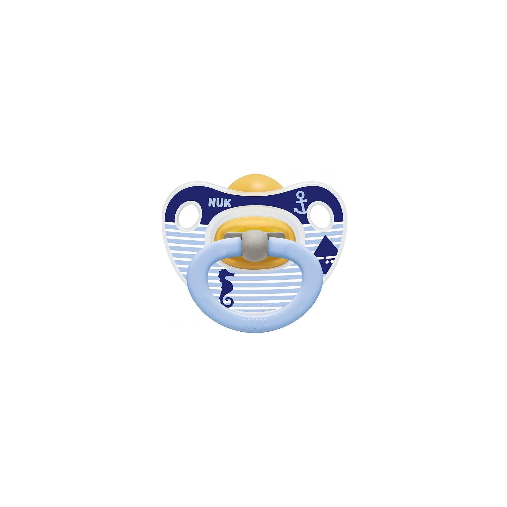 Латексная соска-пустышка HAPPY KIDS Якорь, 0-6 мес., Nuk, белый/синийПустышки и аксессуары<br>Латексная соска-пустышка HAPPY KIDS Якорь, 0-6 мес., Nuk, белый/синий<br><br>Характеристики:<br><br>• В набор входит: 1 пустышка<br>• Состав: латекс<br>• Особенности: натуральный мягкий материал, легкий запах и привкус<br>• Для детей в возрасте от 0 до 6 месяцев<br>• Страна производитель: Германия<br><br>Яркая соска-пустышка от немецкой компании, специализирующейся на производстве качественных товаров для детей и мам NUK (Нук) принесёт много радости малышу и его родителям. <br><br>Пустышка удобно ложится в ротик, система выпуска воздуха не позволяет крохе заглатывать воздух, предотвращая появление коликов. Ортодонтическое строение соски серии classic поможет правильному развитию челюсти, прикуса малыша и одобрена стоматологами. Удобная форма загубника не мешает крохе и снабжена двумя вентилируемыми отверстиями. <br><br>Пустышка оснащена кольцом и может быть соединены с цепочками для сосок-пустышек NUK (Нук). Яркие рисунки с морской тематикой придут по вкусу маленькому искателю приключений и поддержат его настроение в течение всего дня. Почувствуйте бережную заботу с пустышками NUK (Нук)!<br><br>Латексную соску-пустышку HAPPY KIDS Якорь, 0-6 мес., Nuk, белый/синий можно купить в нашем интернет-магазине.<br><br>Ширина мм: 92<br>Глубина мм: 9999<br>Высота мм: 173<br>Вес г: 24<br>Возраст от месяцев: 0<br>Возраст до месяцев: 6<br>Пол: Мужской<br>Возраст: Детский<br>SKU: 5405134